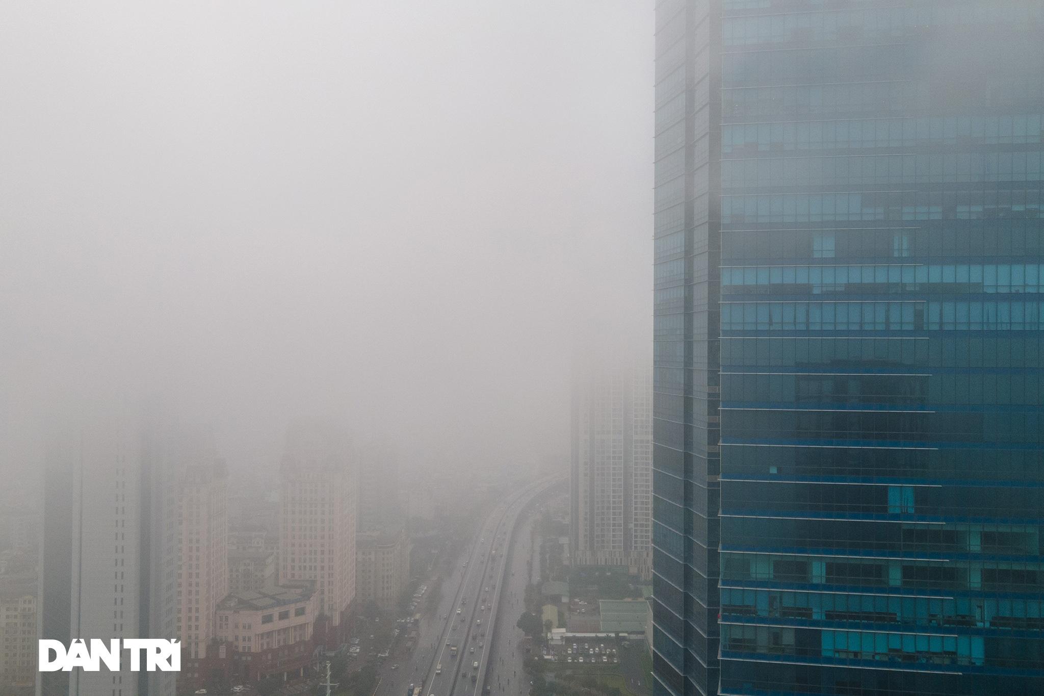 Những tòa nhà chọc trời ở Hà Nội biến mất trong làn sương dày đặc - 9