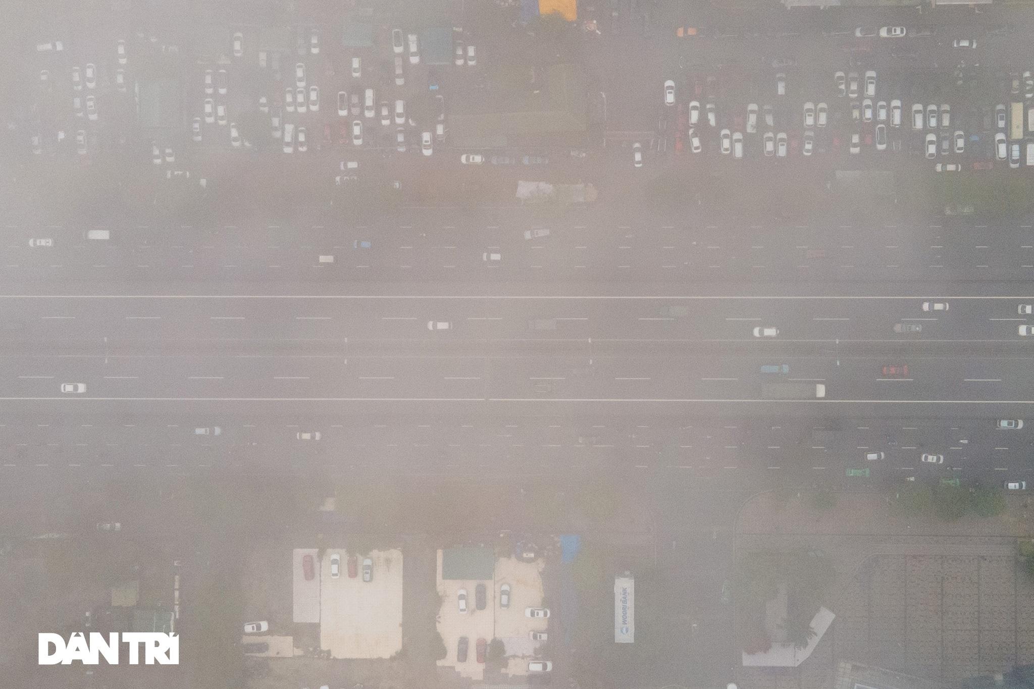 Những tòa nhà chọc trời ở Hà Nội biến mất trong làn sương dày đặc - 16