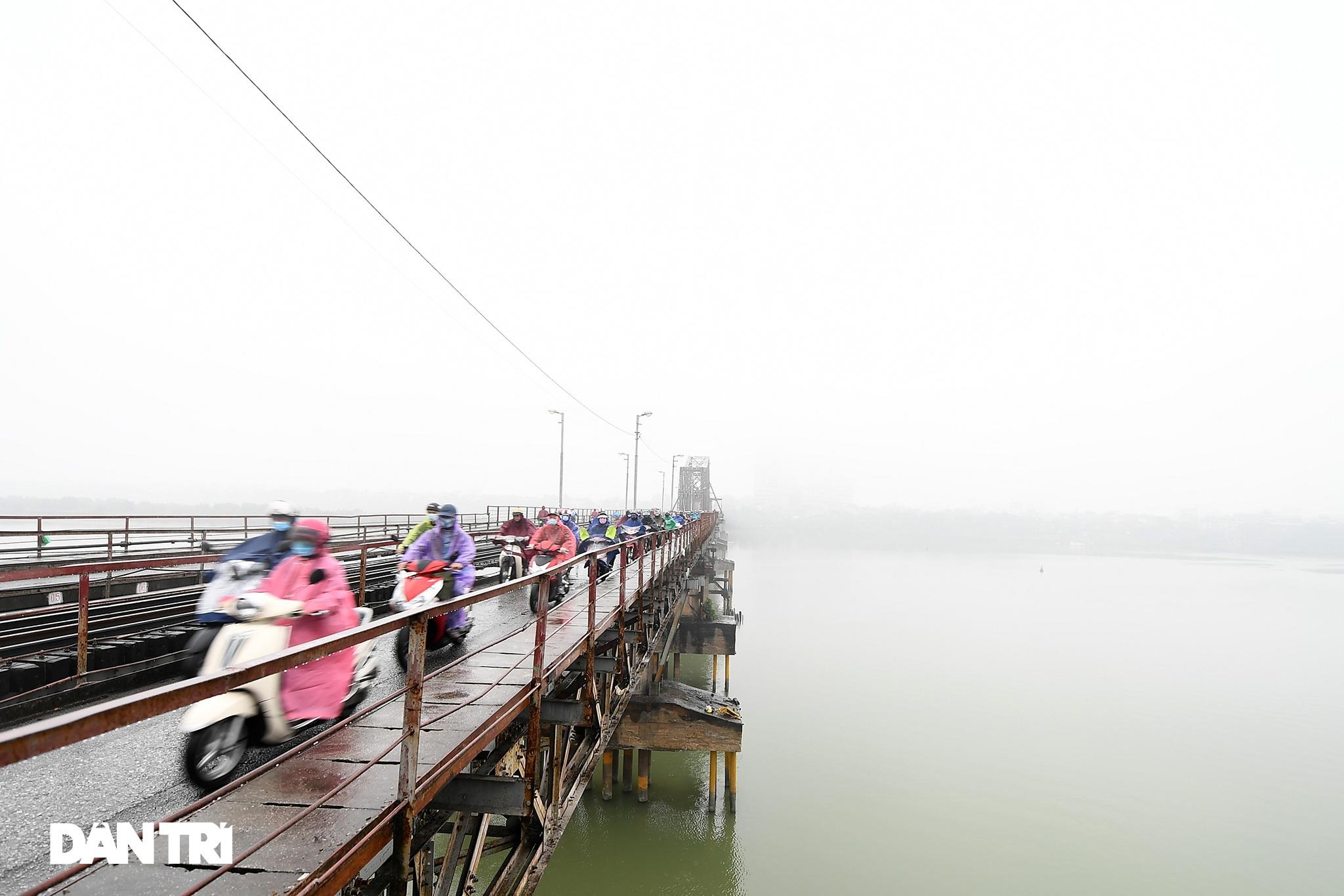 Những tòa nhà chọc trời ở Hà Nội biến mất trong làn sương dày đặc - 2