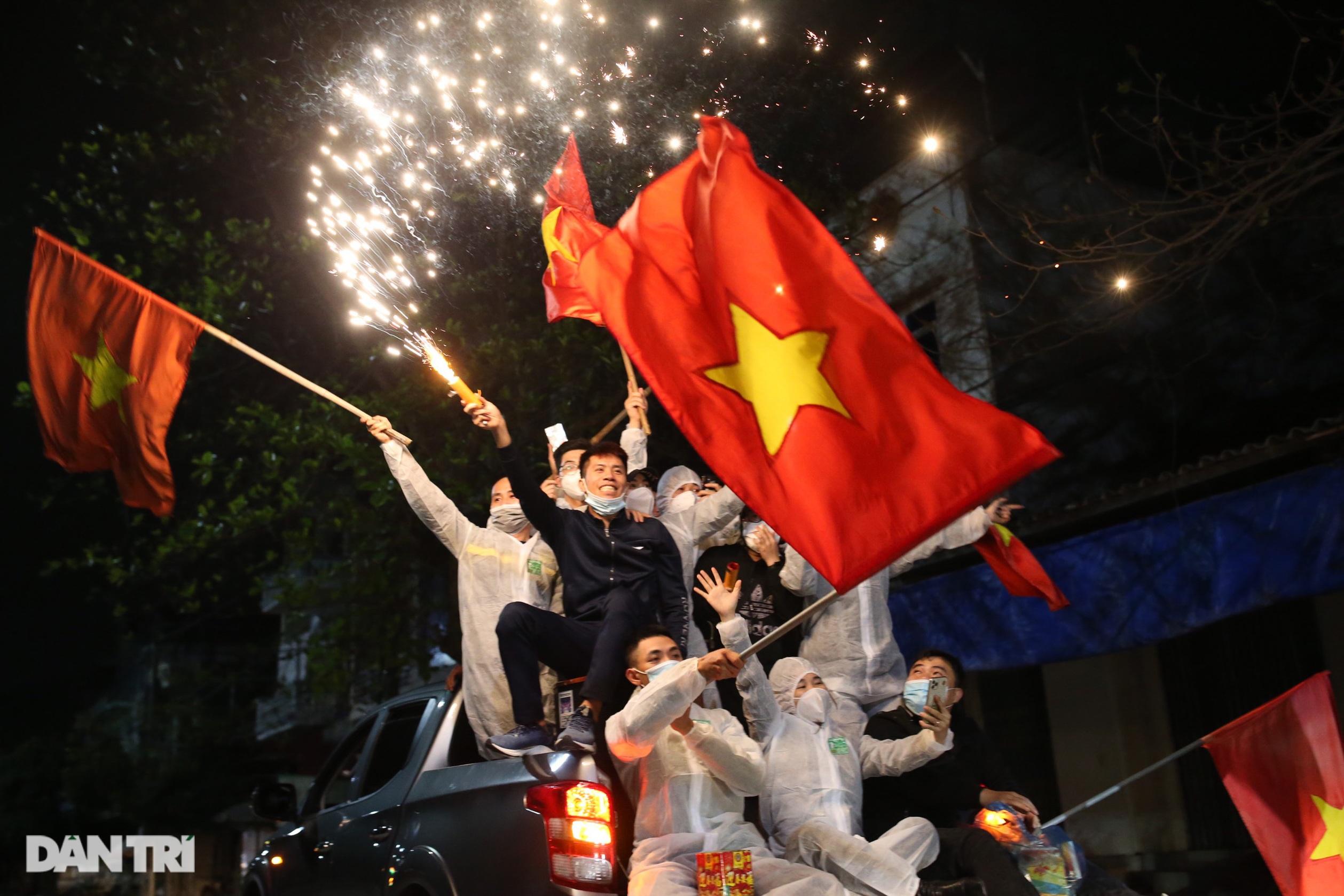 Cờ hoa rực rỡ, người dân vỡ òa cảm xúc khi TP Chí Linh được gỡ phong tỏa - 18