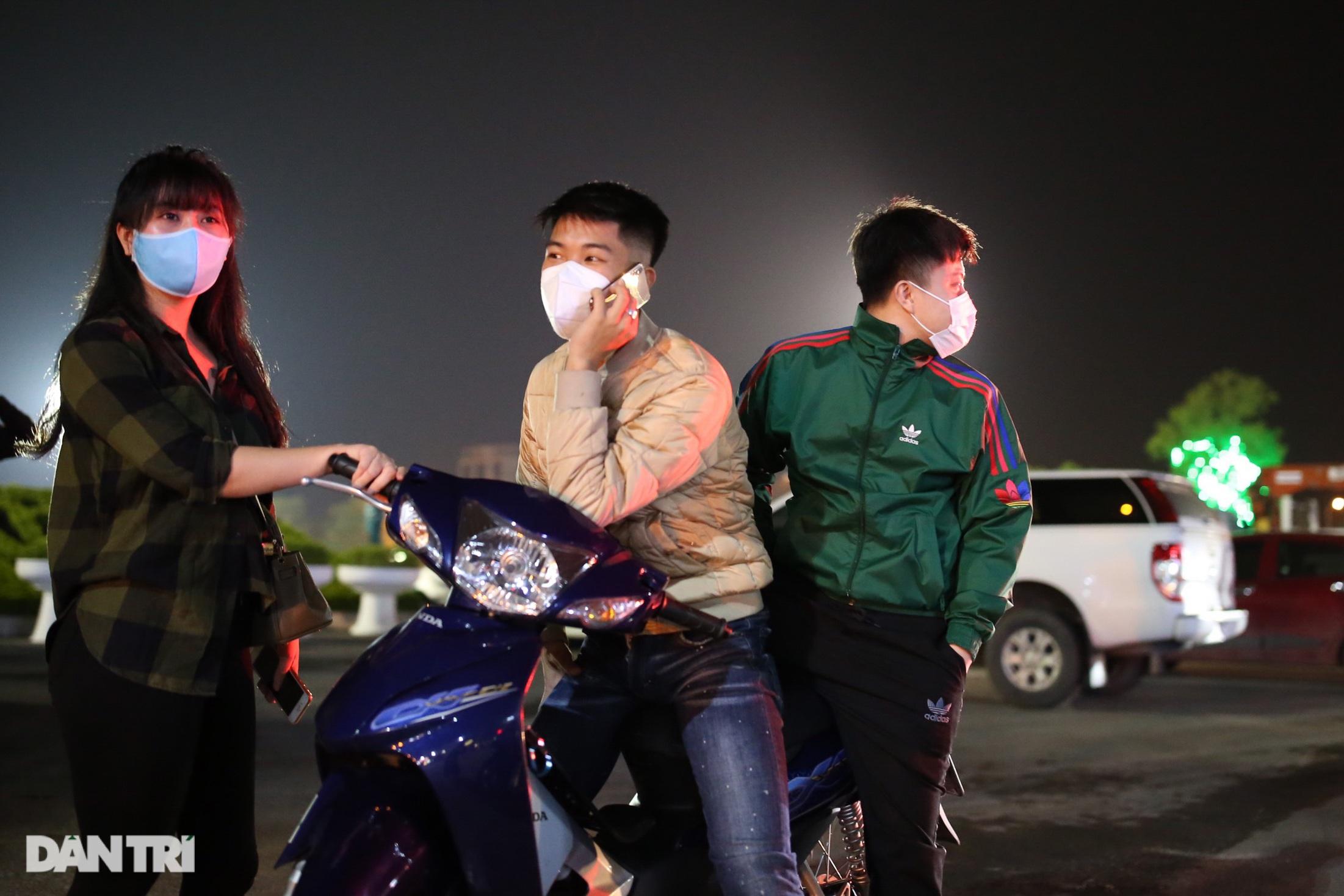 Cờ hoa rực rỡ, người dân vỡ òa cảm xúc khi TP Chí Linh được gỡ phong tỏa - 3