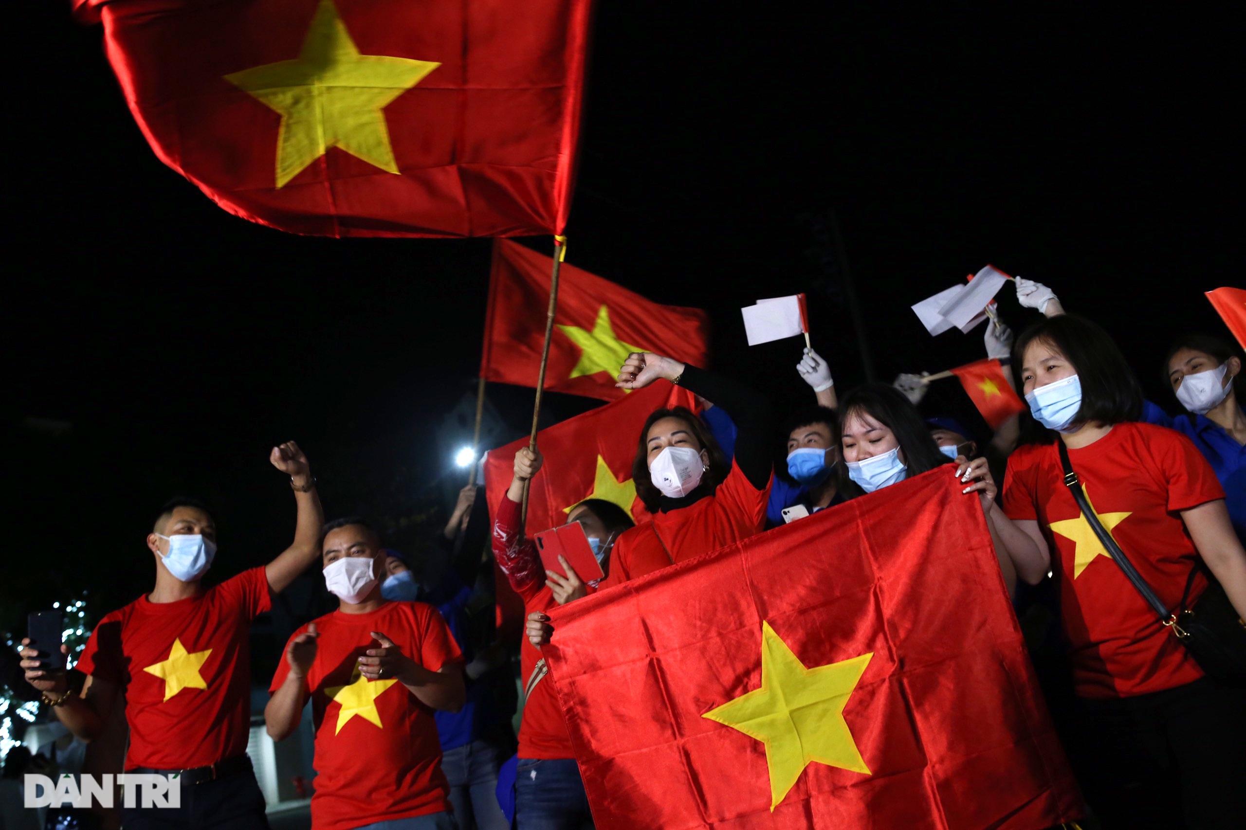 Cờ hoa rực rỡ, người dân vỡ òa cảm xúc khi TP Chí Linh được gỡ phong tỏa - 4