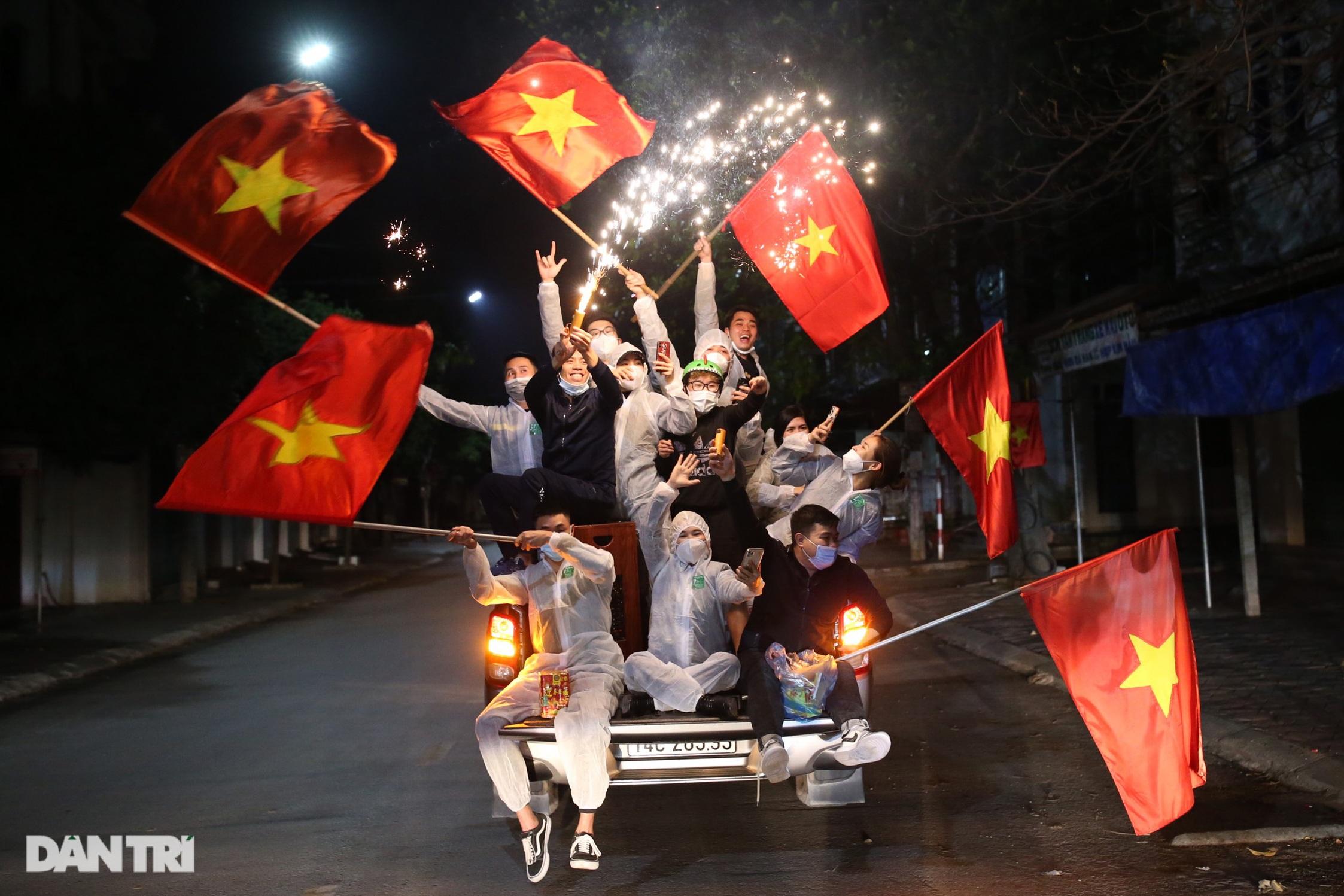 Cờ hoa rực rỡ, người dân vỡ òa cảm xúc khi TP Chí Linh được gỡ phong tỏa - 17