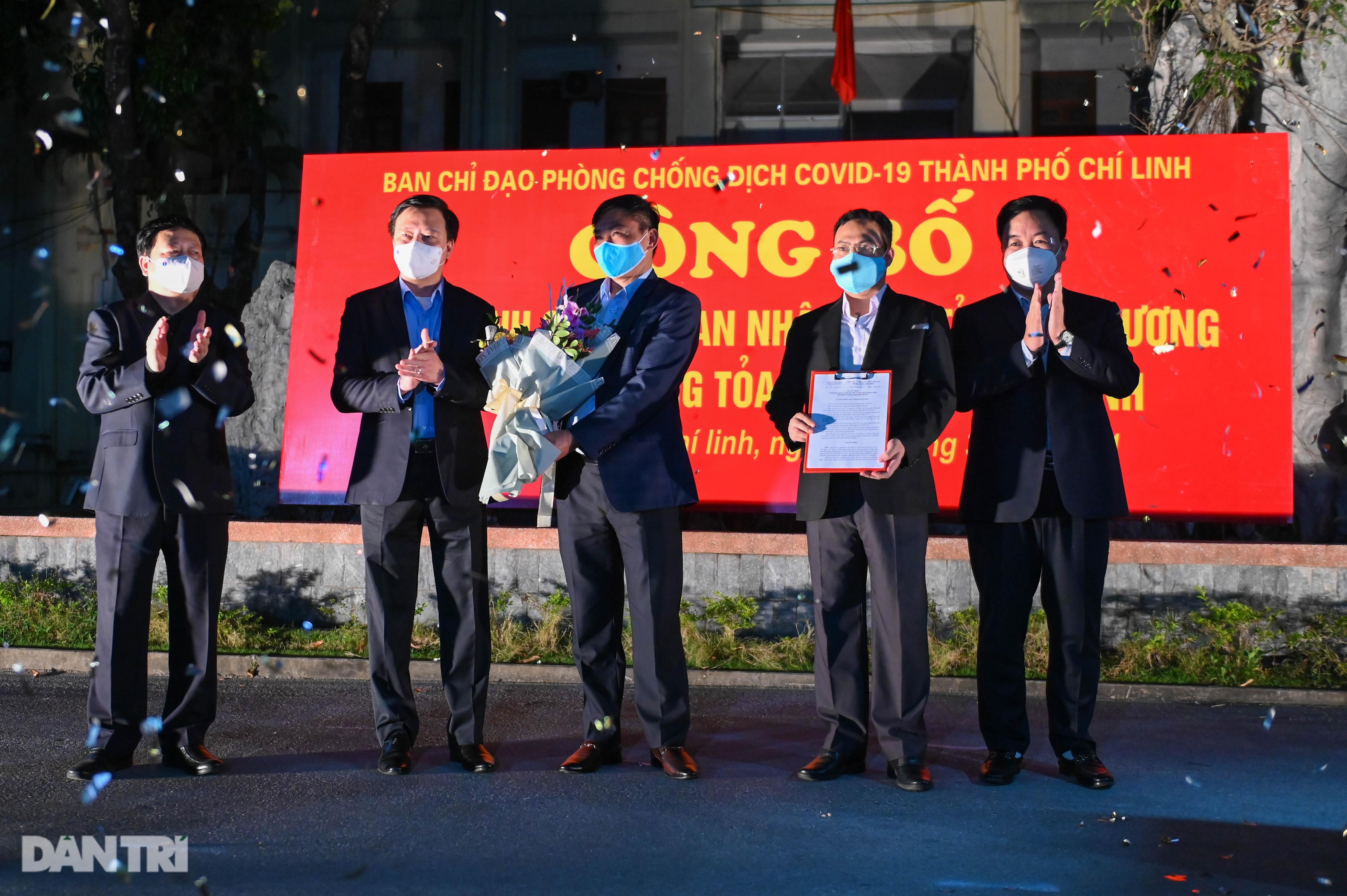 Cờ hoa rực rỡ, người dân vỡ òa cảm xúc khi TP Chí Linh được gỡ phong tỏa - 5