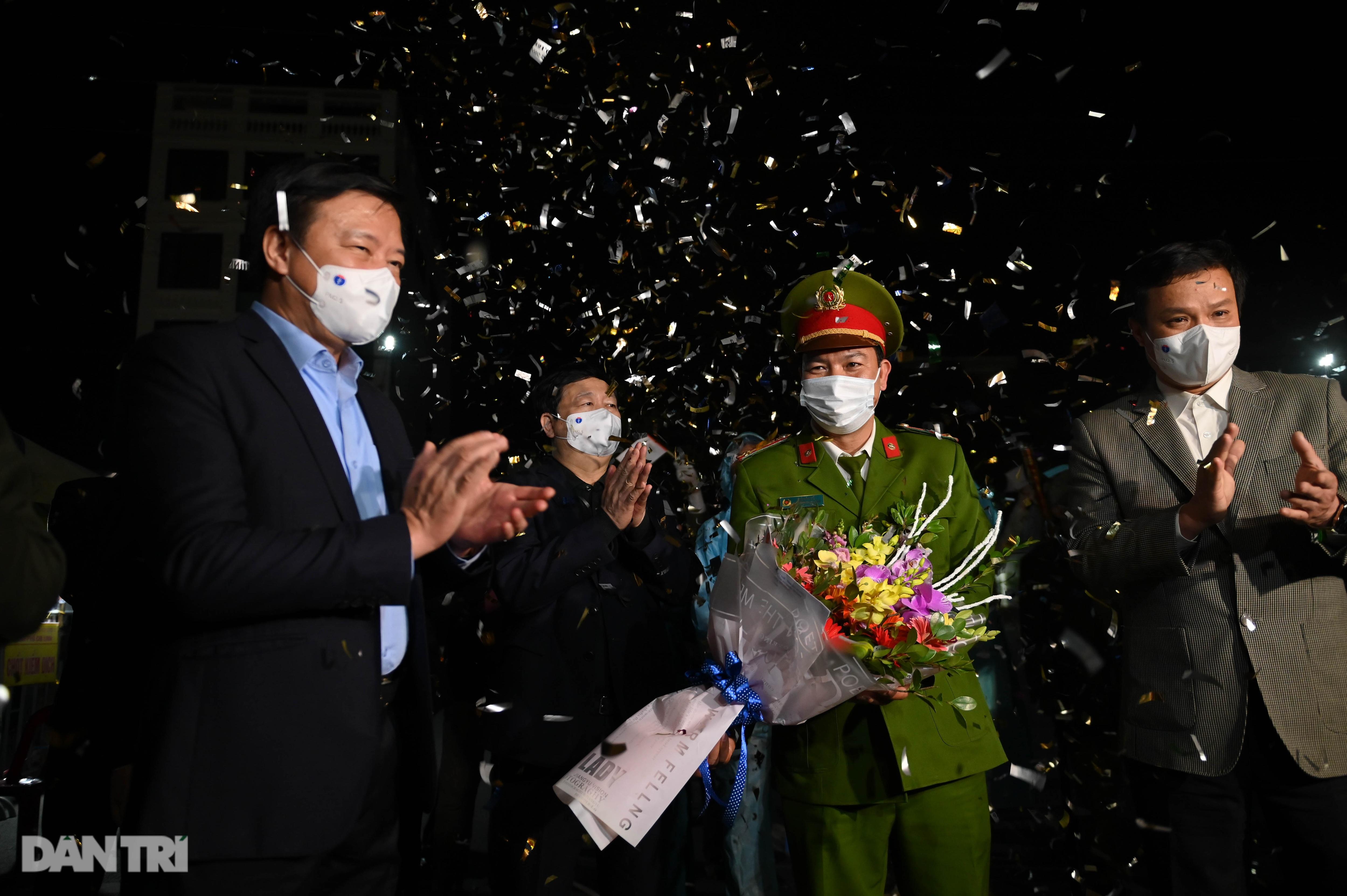 Cờ hoa rực rỡ, người dân vỡ òa cảm xúc khi TP Chí Linh được gỡ phong tỏa - 6