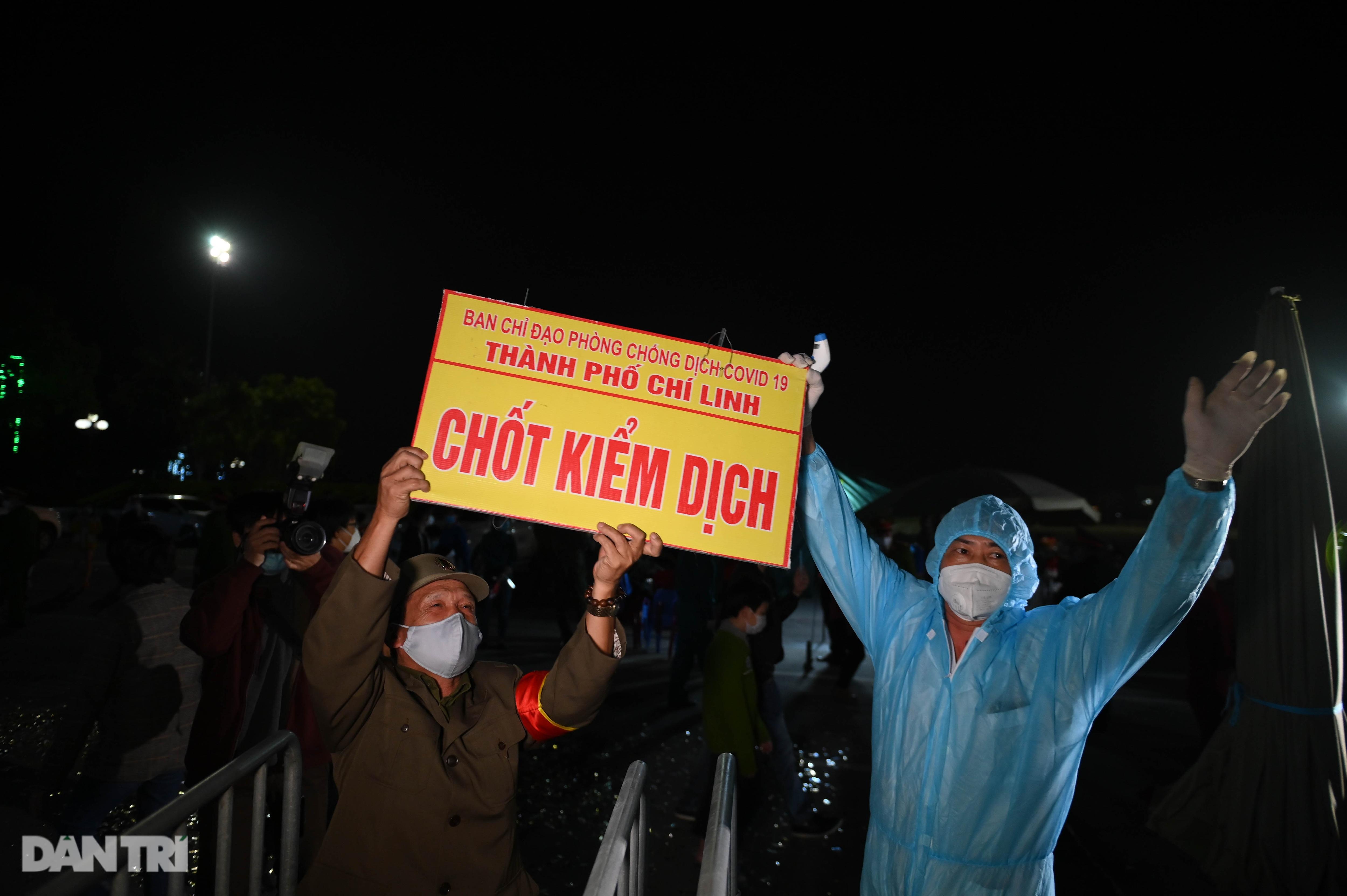 Cờ hoa rực rỡ, người dân vỡ òa cảm xúc khi TP Chí Linh được gỡ phong tỏa - 9