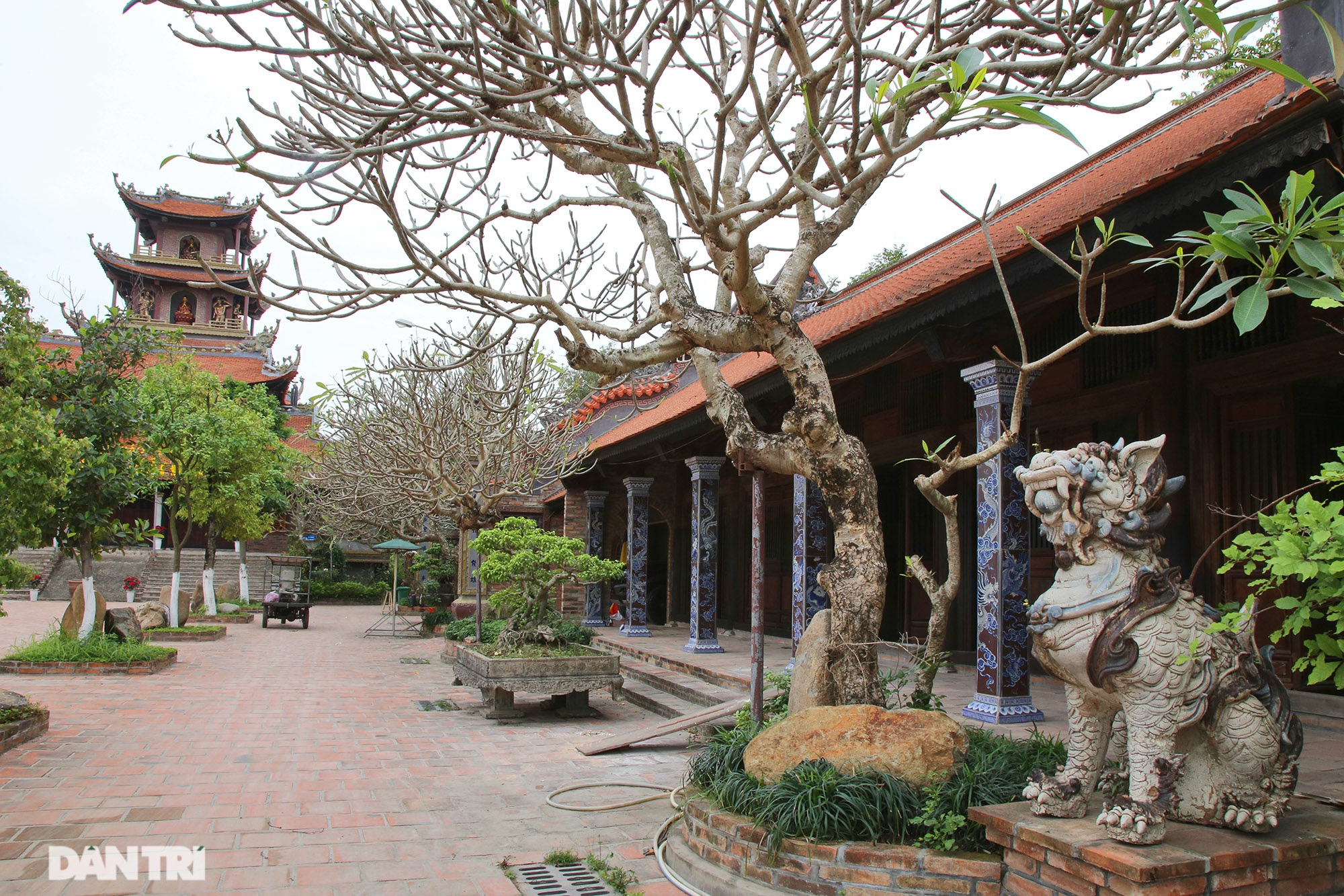 Ceramic pagoda built from tens of thousands of traditional handicrafts in Bat Trang - 1