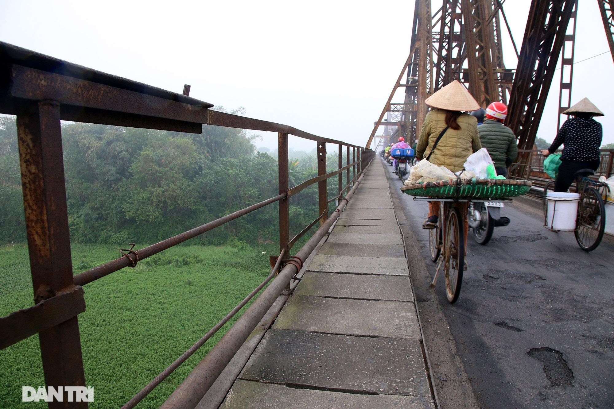 Cầu Long Biên như bị bỏ rơi, gỉ sét xuống cấp nghiêm trọng - 17