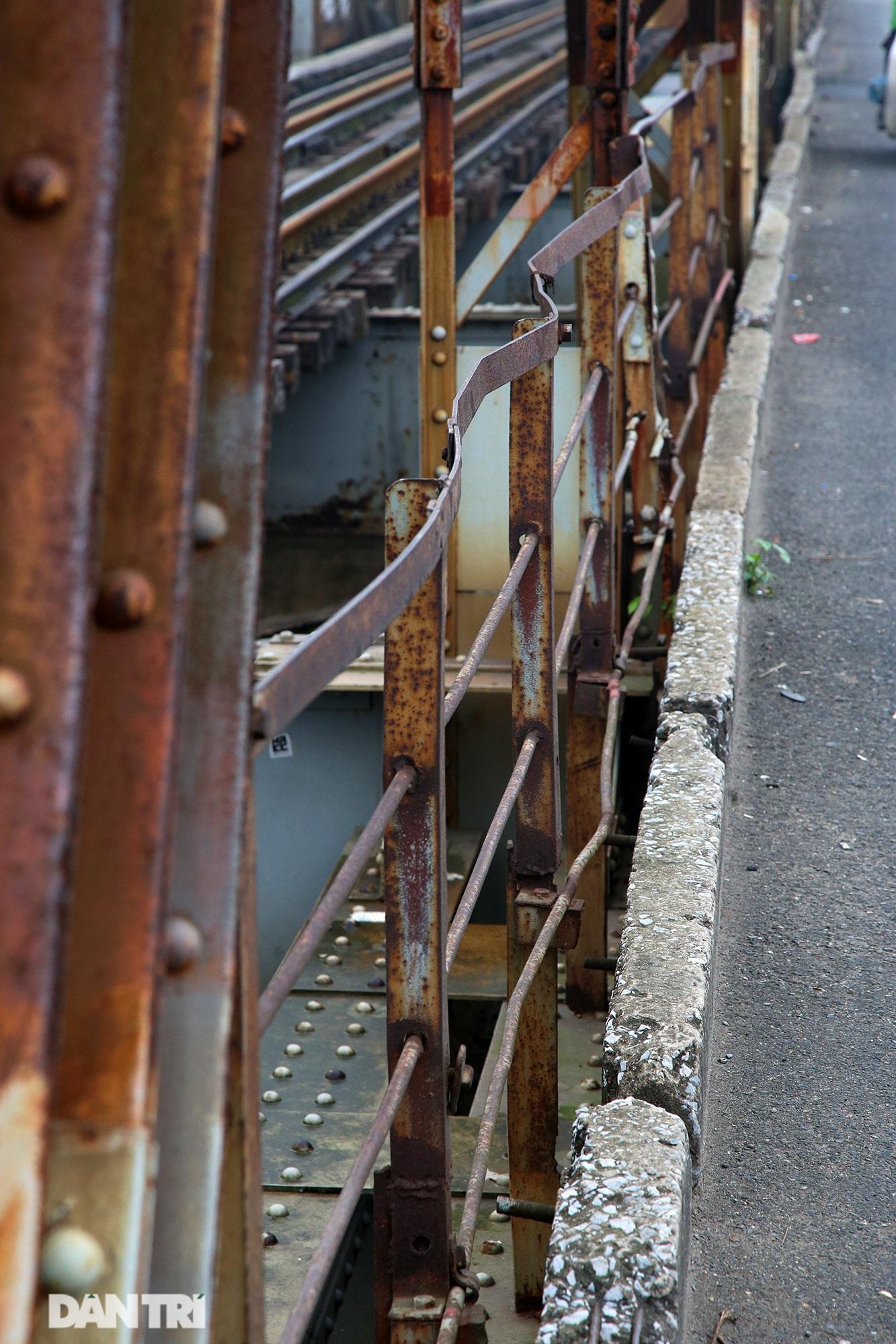 Cầu Long Biên như bị bỏ rơi, gỉ sét xuống cấp nghiêm trọng - 9