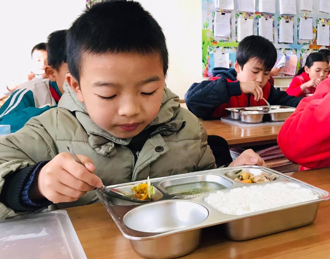 Bữa trưa 15.000 đồng và giấc mơ được ăn cơm nóng ở lớp - 1