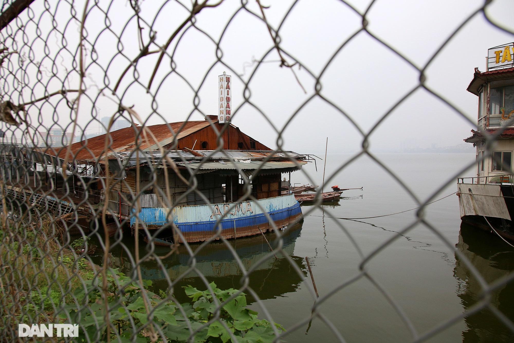 Xác tàu hoen gỉ nổi trên hồ Tây suốt 4 năm qua không được tháo dỡ - 10