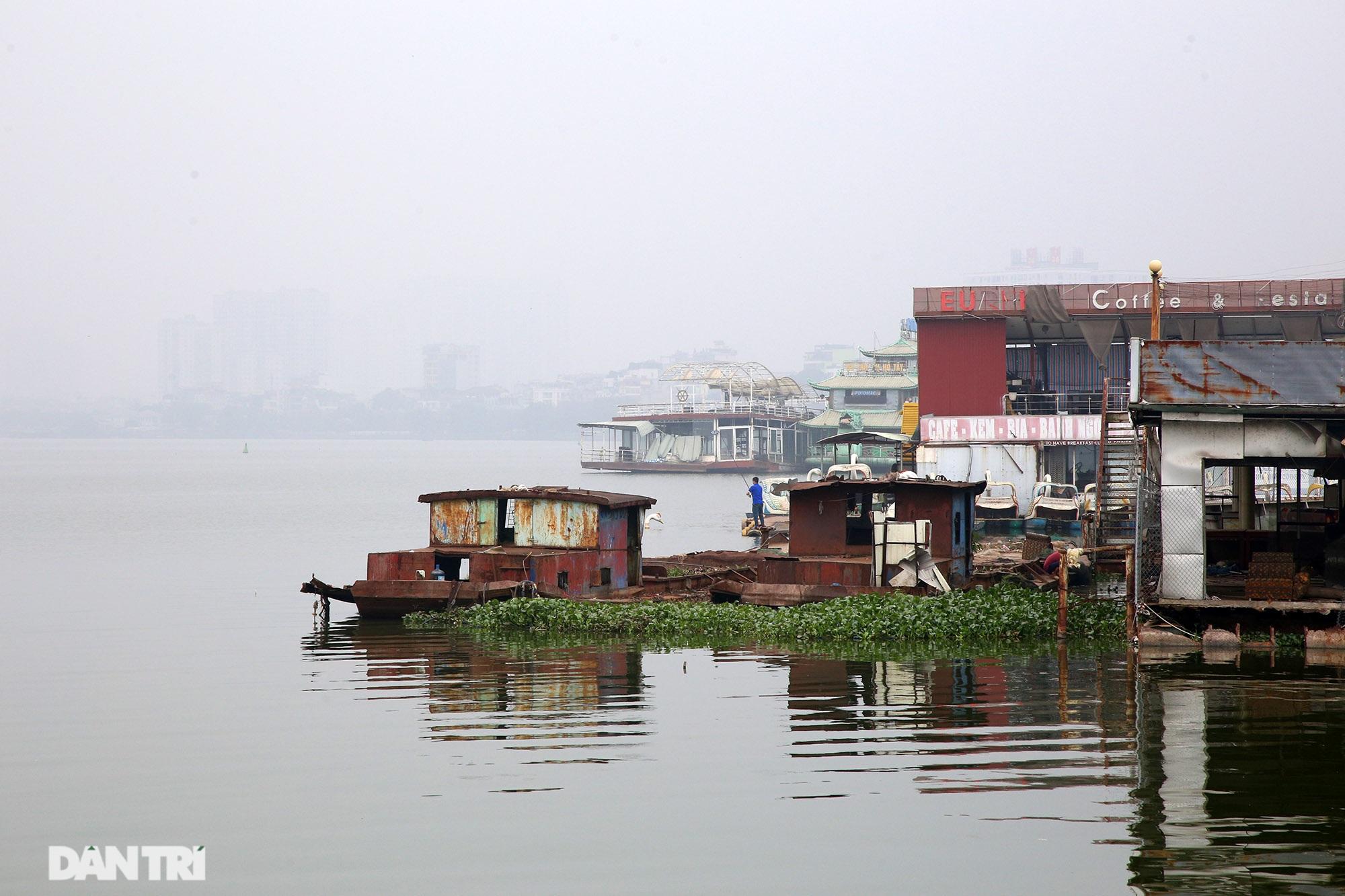 Xác tàu hoen gỉ nổi trên hồ Tây suốt 4 năm qua không được tháo dỡ - 11