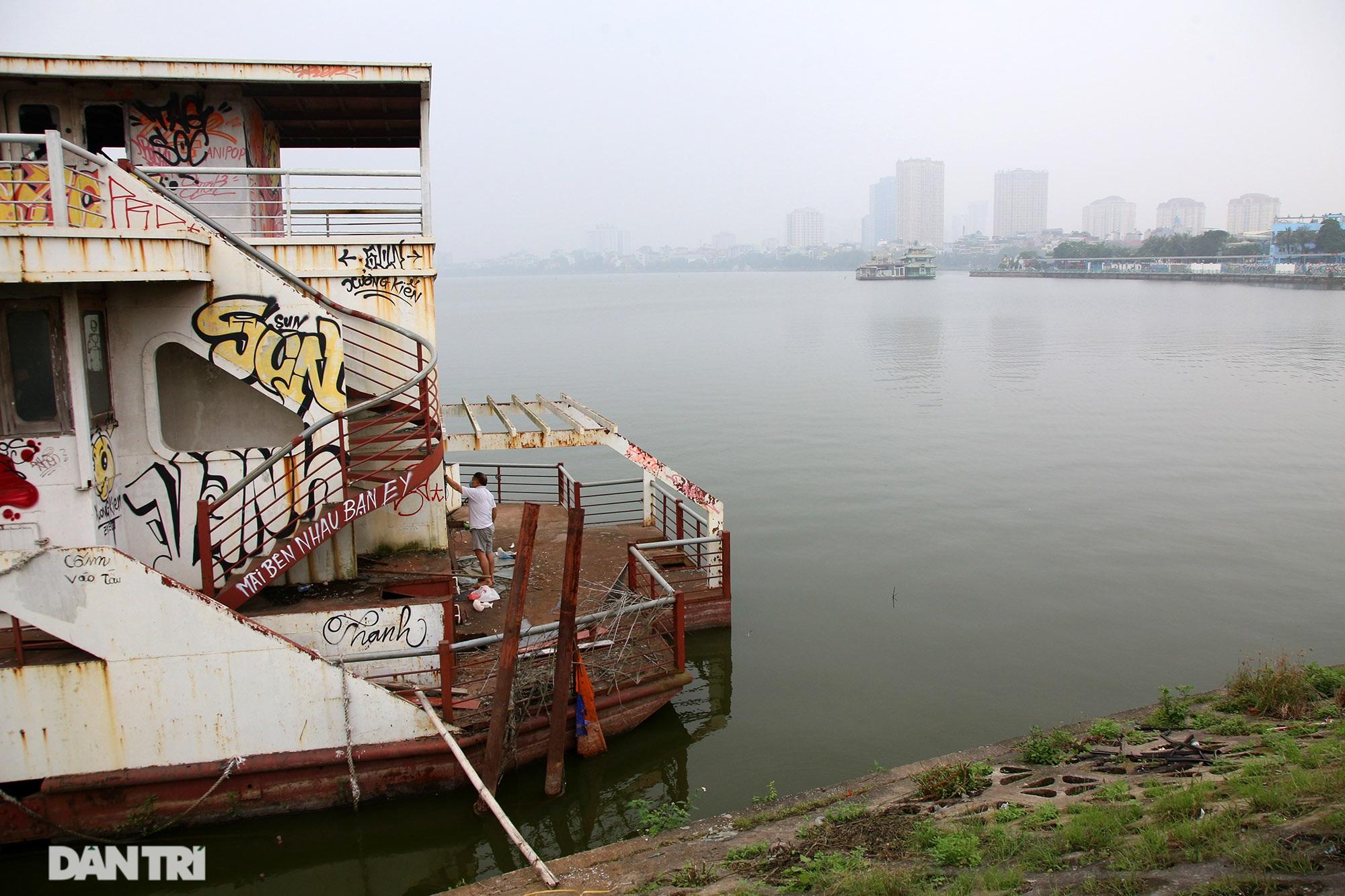 Xác tàu hoen gỉ nổi trên hồ Tây suốt 4 năm qua không được tháo dỡ - 15