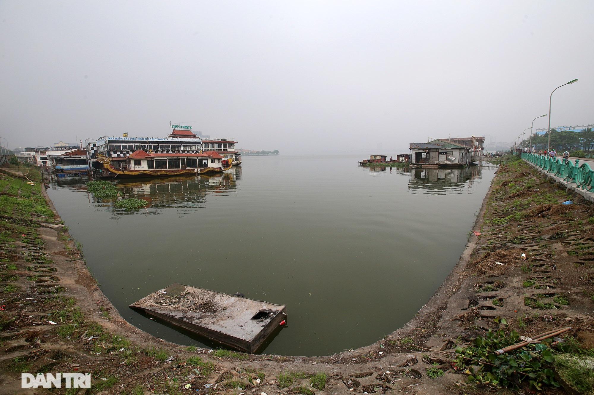 Xác tàu hoen gỉ nổi trên hồ Tây suốt 4 năm qua không được tháo dỡ - 3