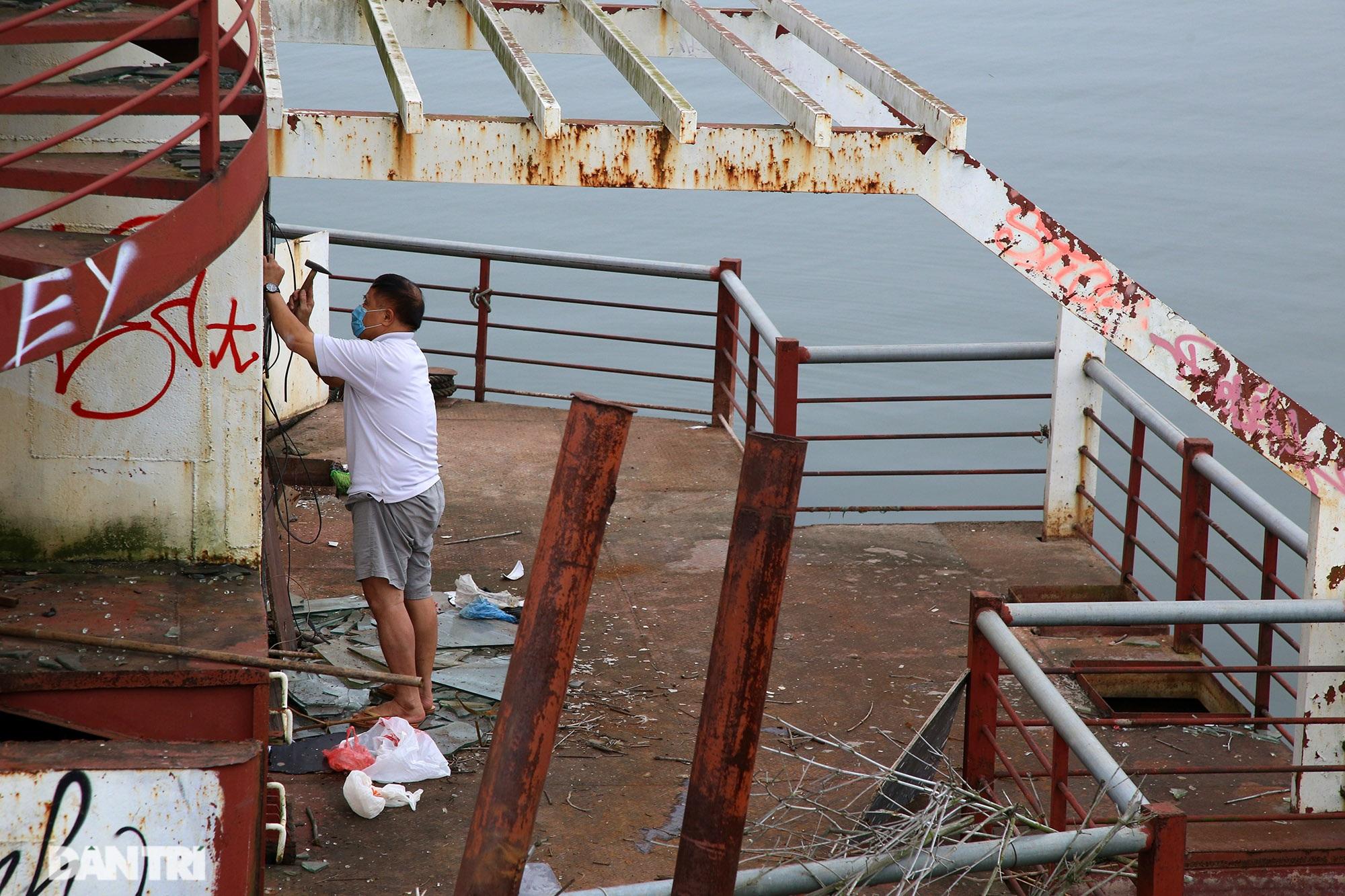 Xác tàu hoen gỉ nổi trên hồ Tây suốt 4 năm qua không được tháo dỡ - 4