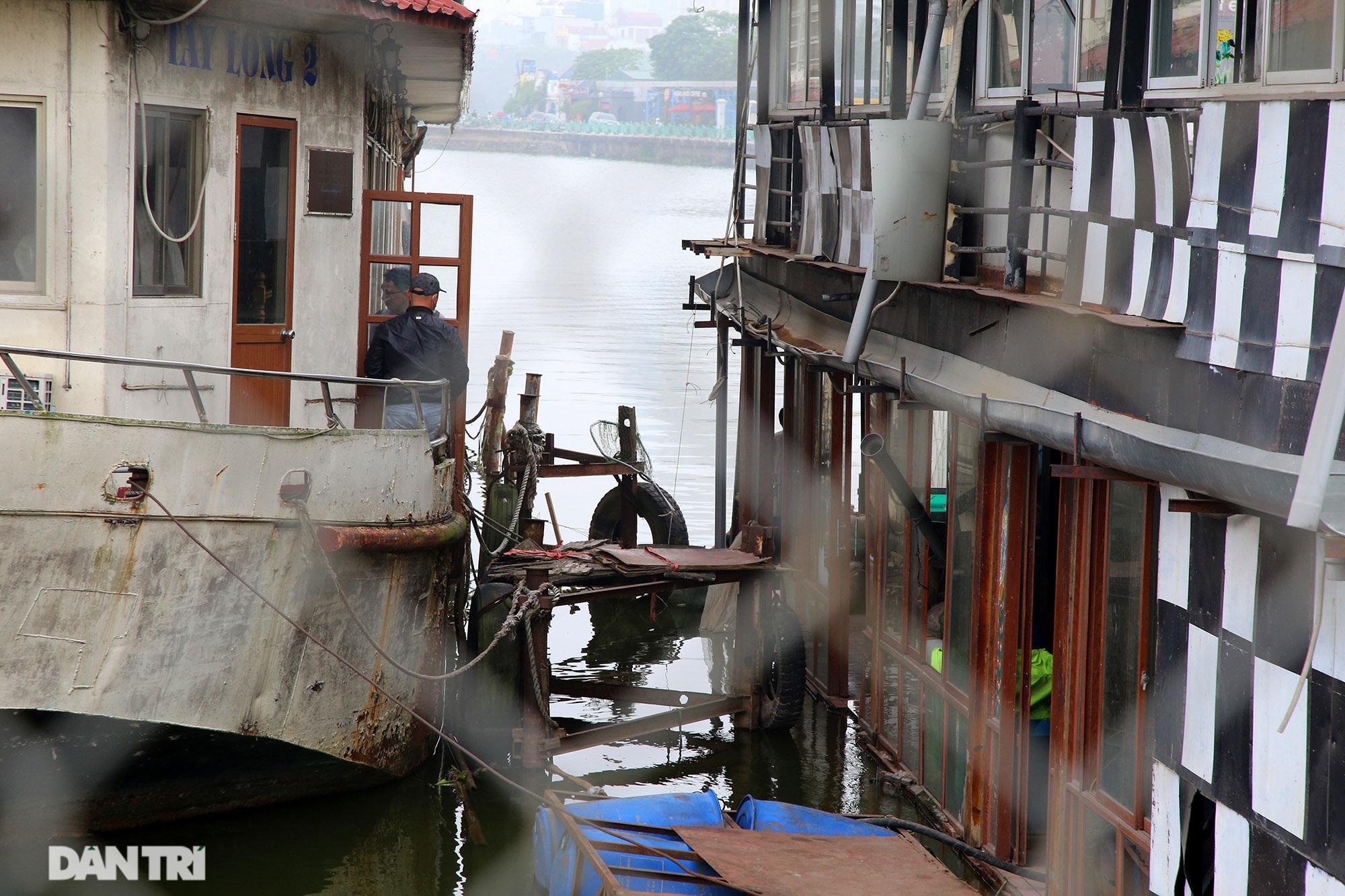 Xác tàu hoen gỉ nổi trên hồ Tây suốt 4 năm qua không được tháo dỡ - 5