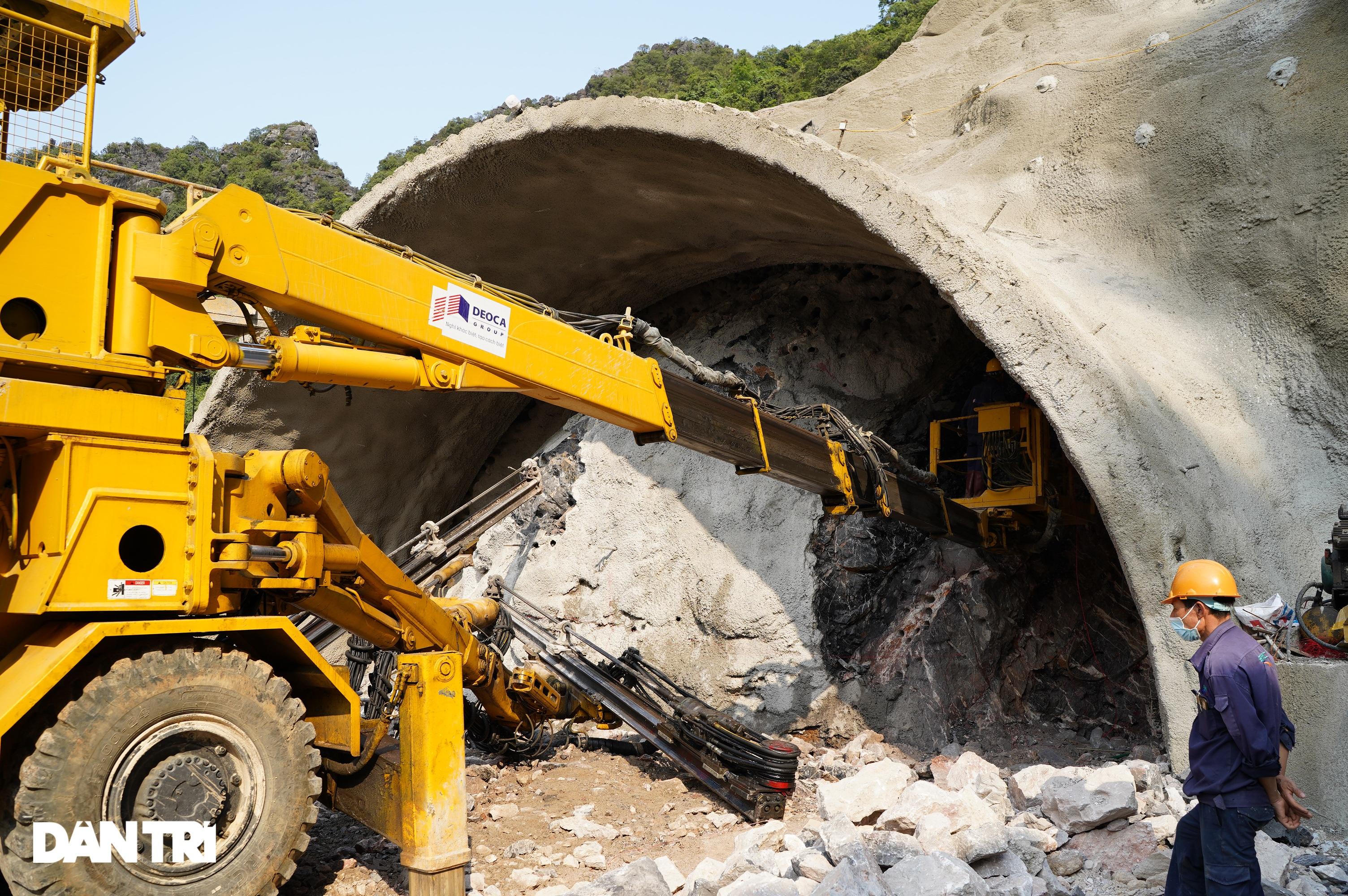 Cận cảnh nổ mìn, đào hầm xuyên núi đầu tiên ở Quảng Ninh - 5