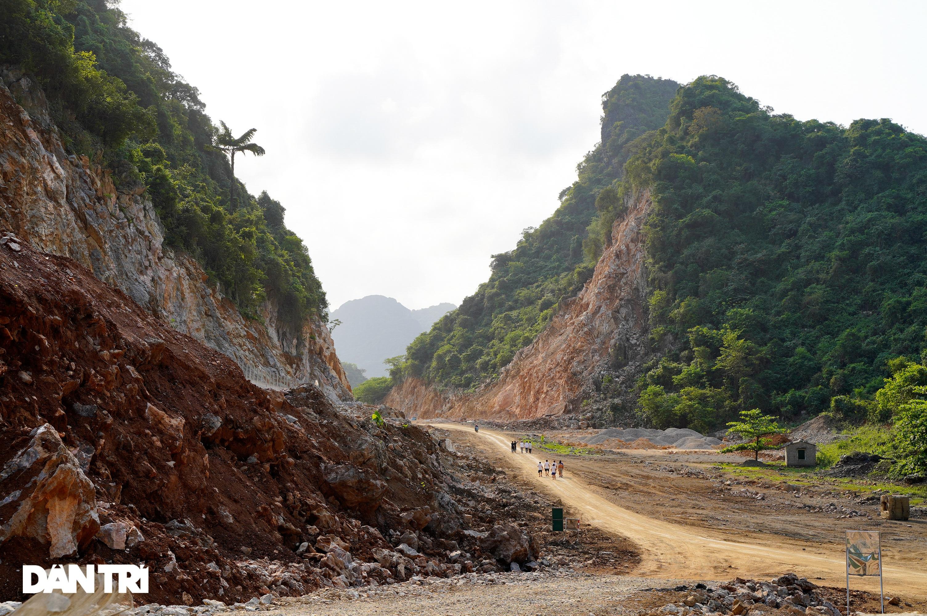 Cận cảnh nổ mìn, đào hầm xuyên núi đầu tiên ở Quảng Ninh - 10