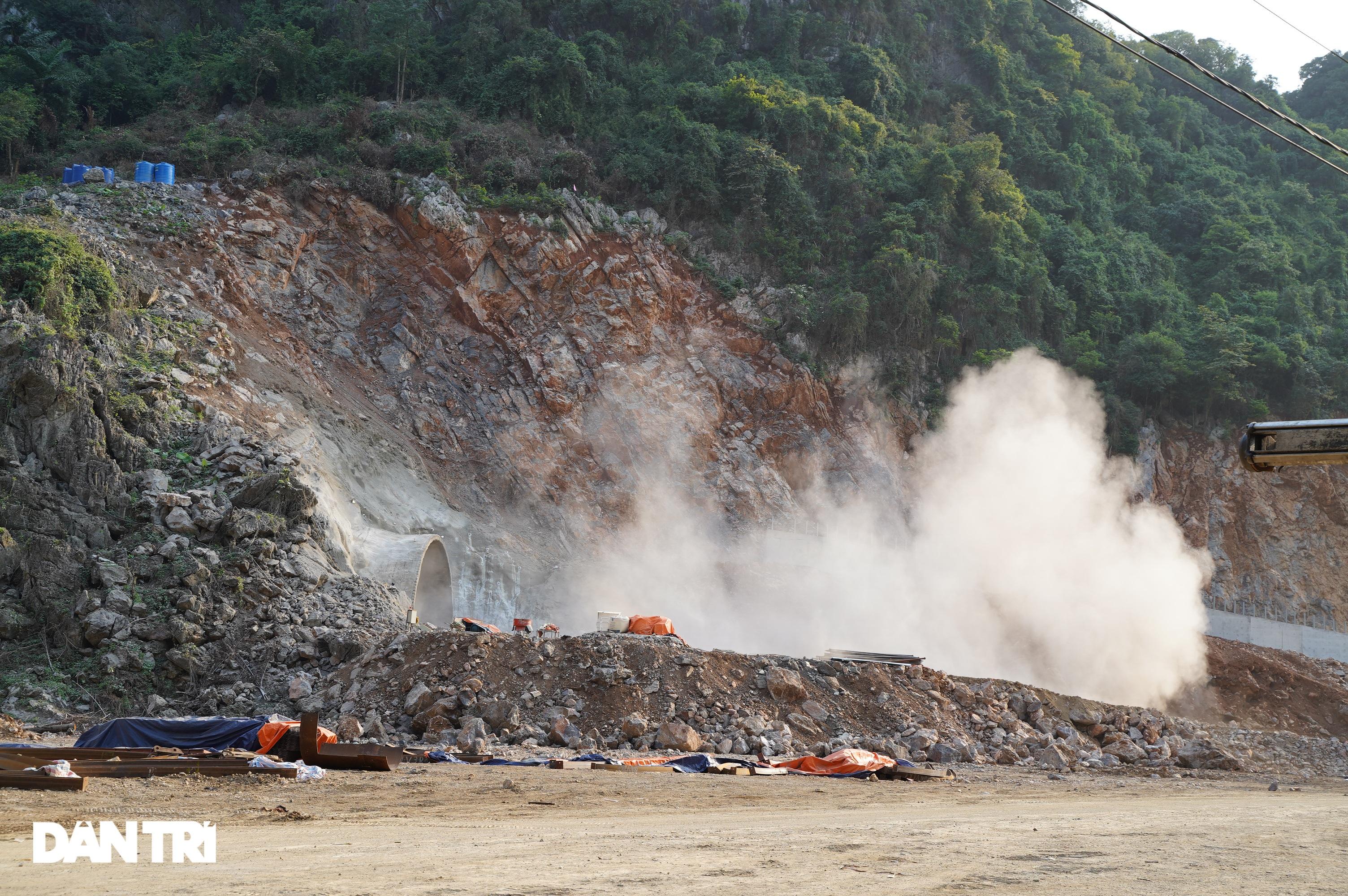 Cận cảnh nổ mìn, đào hầm xuyên núi đầu tiên ở Quảng Ninh - 2