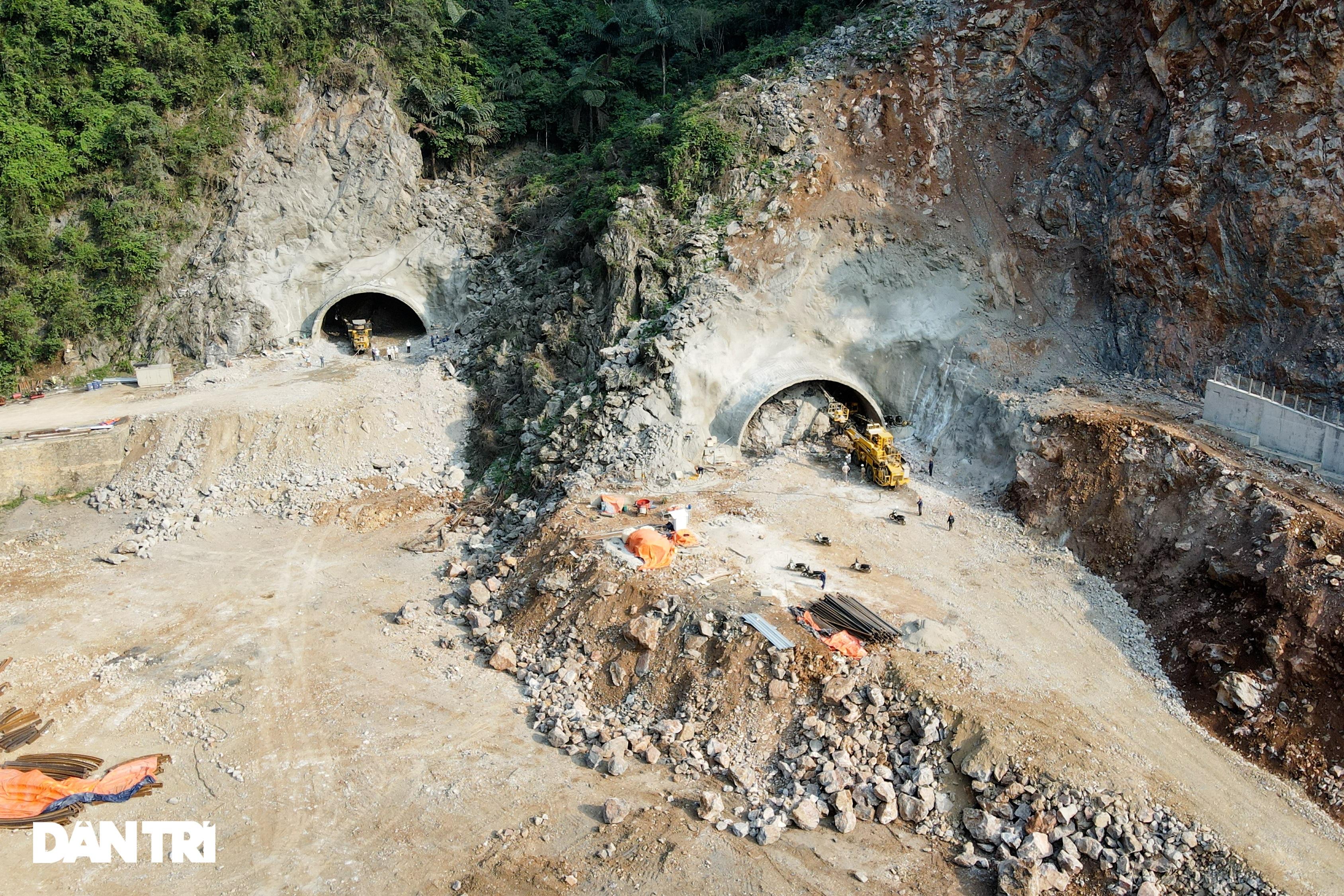 Cận cảnh nổ mìn, đào hầm xuyên núi đầu tiên ở Quảng Ninh - 1