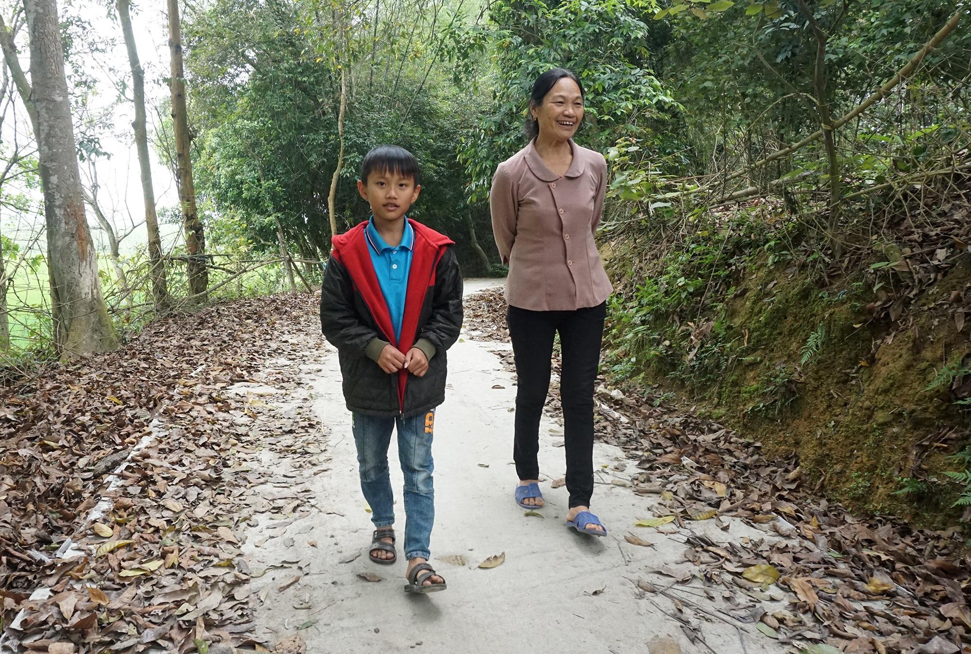 Cậu bé mồ côi cha mổ lợn góp tiền làm đường cho mẹ đi làm đồng - 5
