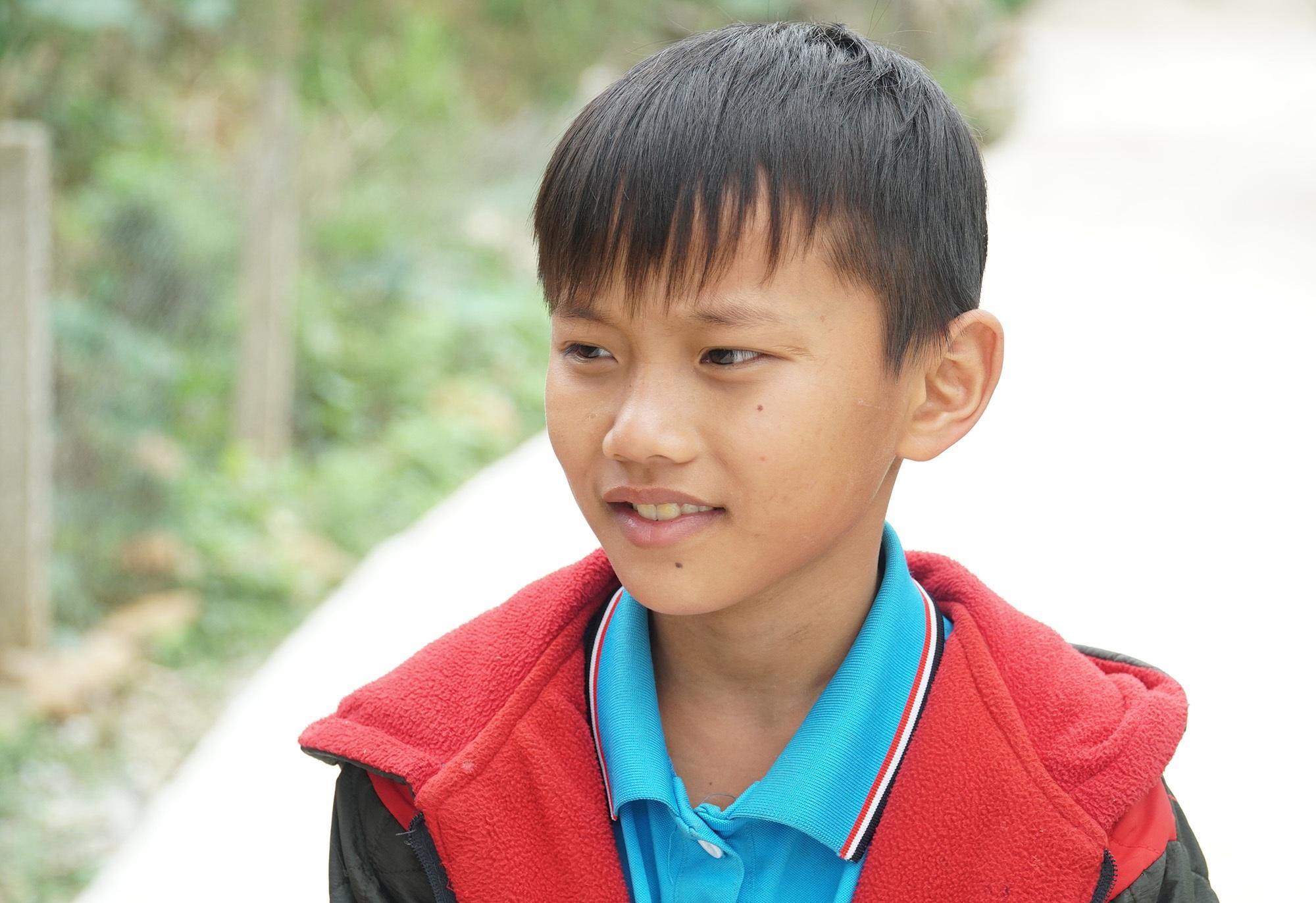 Cậu bé mồ côi cha mổ lợn góp tiền làm đường cho mẹ đi làm đồng - 1
