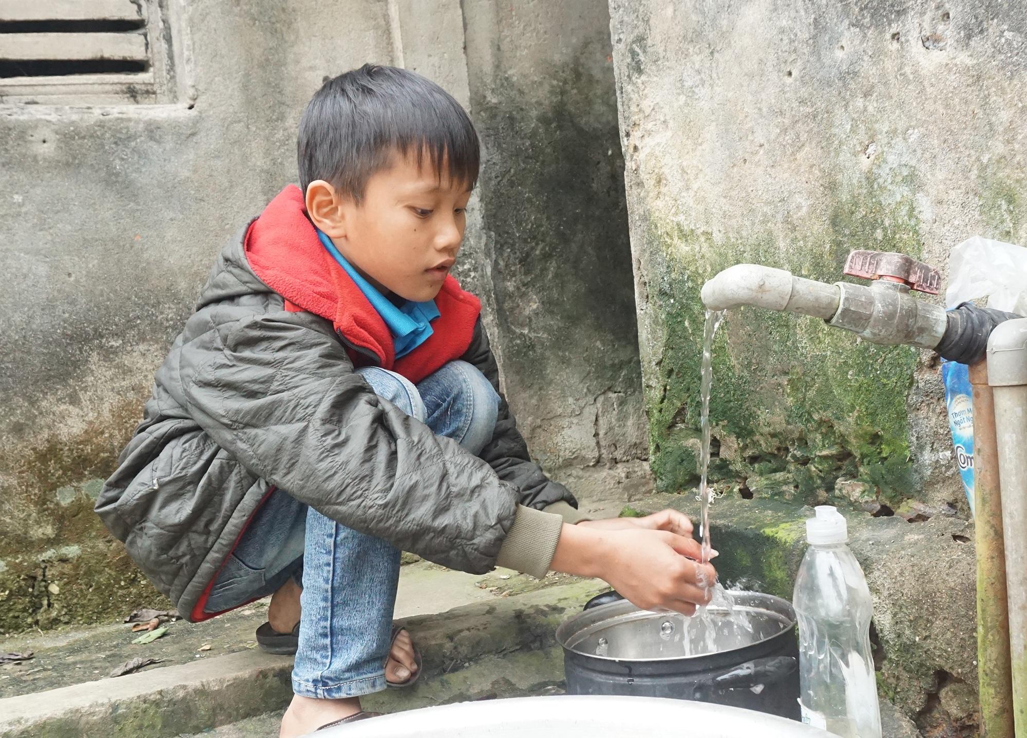 Cậu bé mồ côi cha mổ lợn góp tiền làm đường cho mẹ đi làm đồng - 8