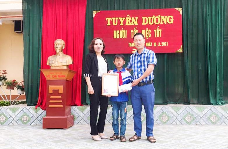 Cậu bé mồ côi cha mổ lợn góp tiền làm đường cho mẹ đi làm đồng - 7