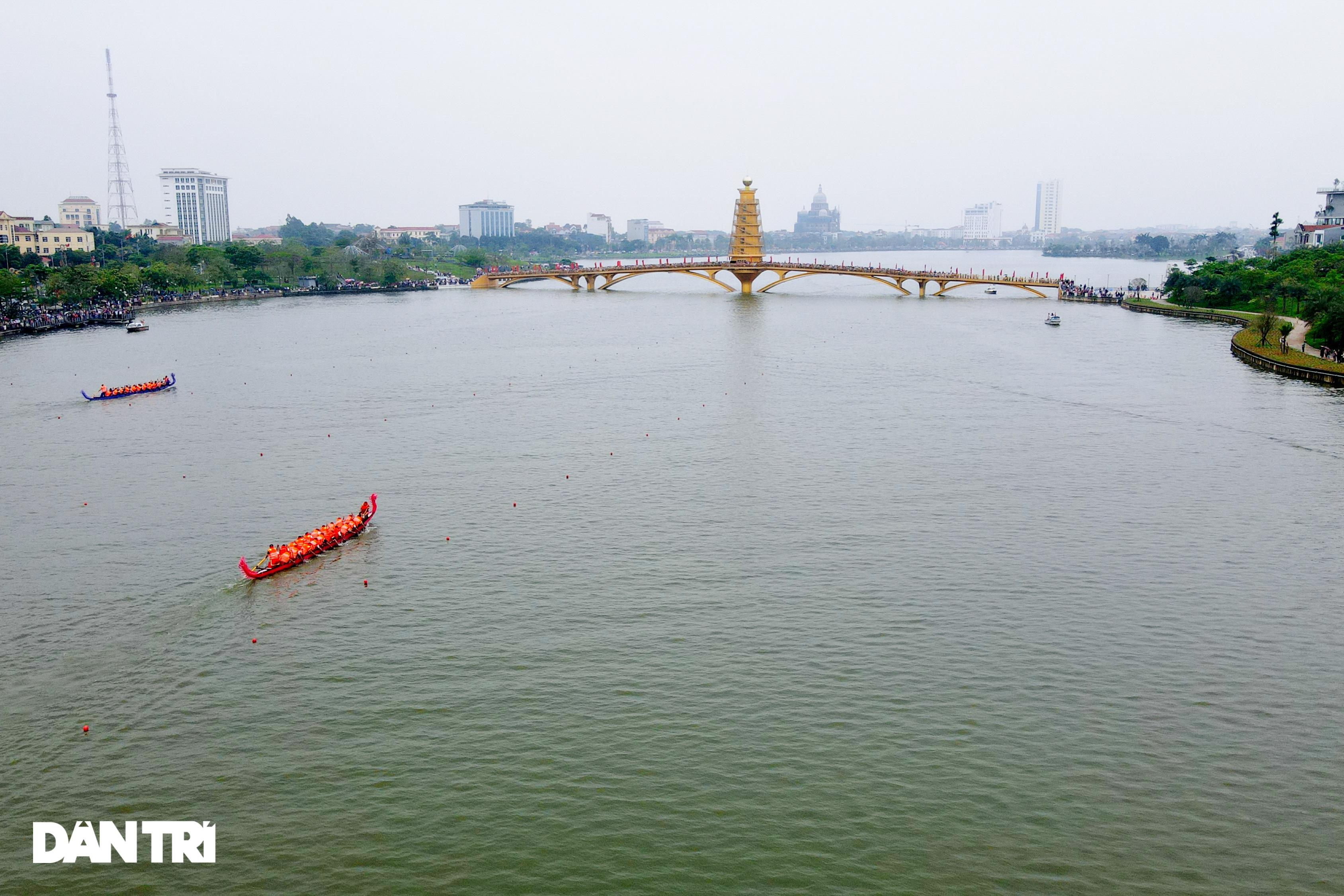 Hàng vạn người đổ về hồ Văn Lang xem đua thuyền rồng ở Phú Thọ - 1