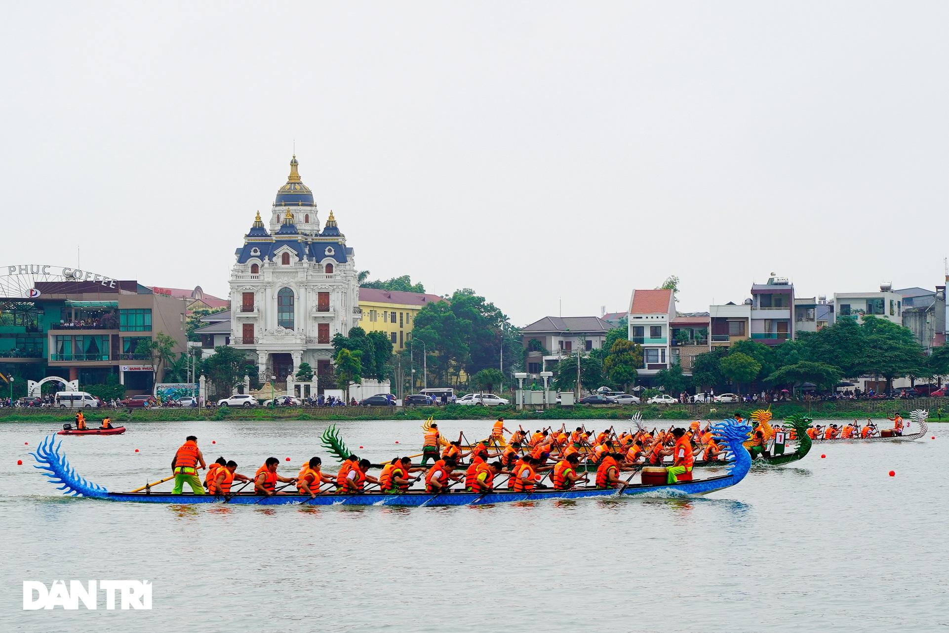 Hàng vạn người đổ về hồ Văn Lang xem đua thuyền rồng ở Phú Thọ - 3