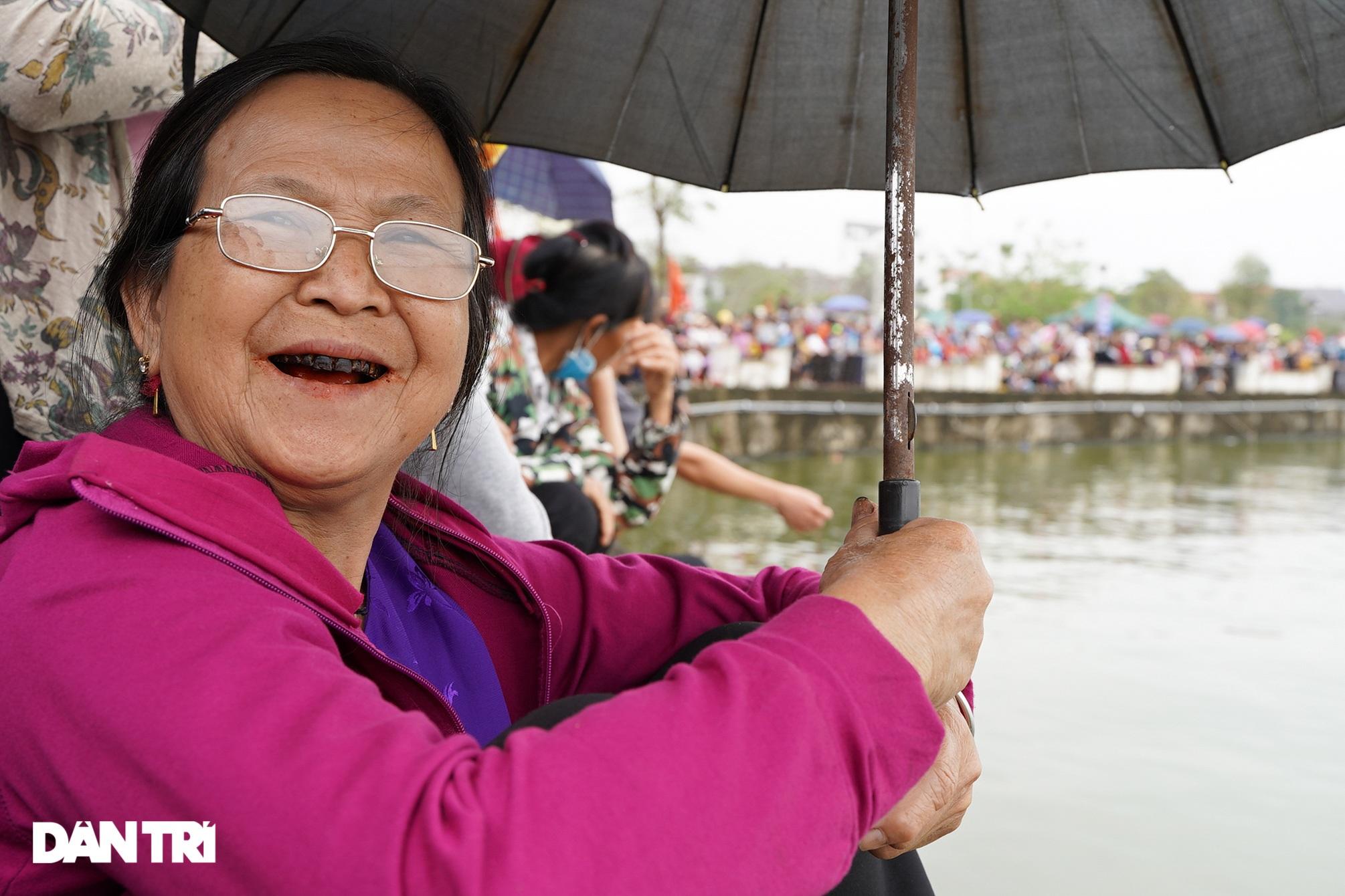 Hàng vạn người đổ về hồ Văn Lang xem đua thuyền rồng ở Phú Thọ - 8