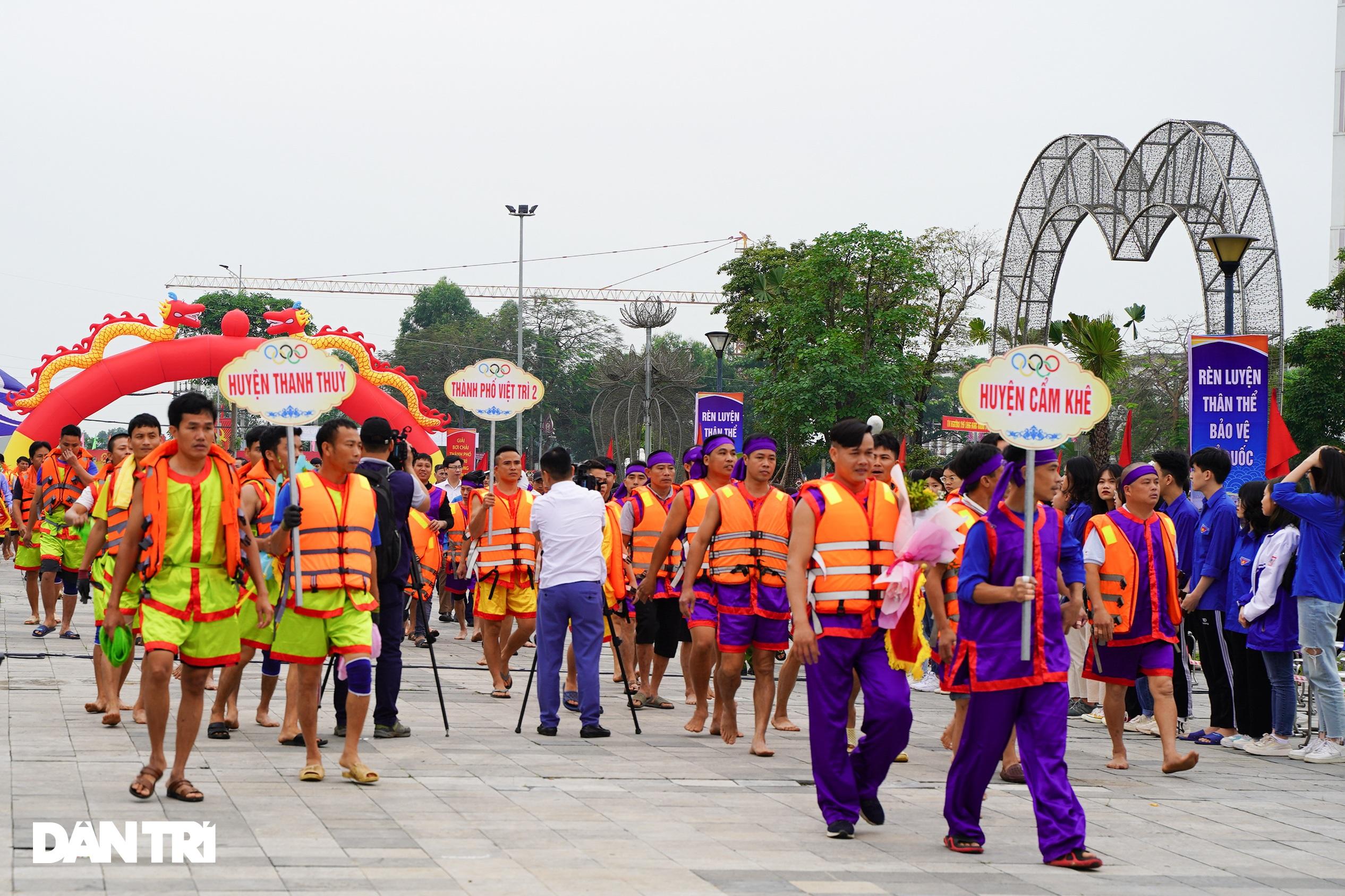 Hàng vạn người đổ về hồ Văn Lang xem đua thuyền rồng ở Phú Thọ - 2