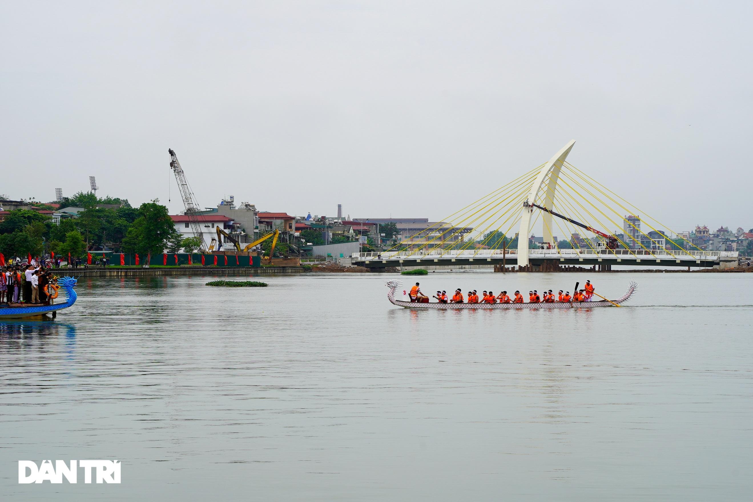 Hàng vạn người đổ về hồ Văn Lang xem đua thuyền rồng ở Phú Thọ - 11