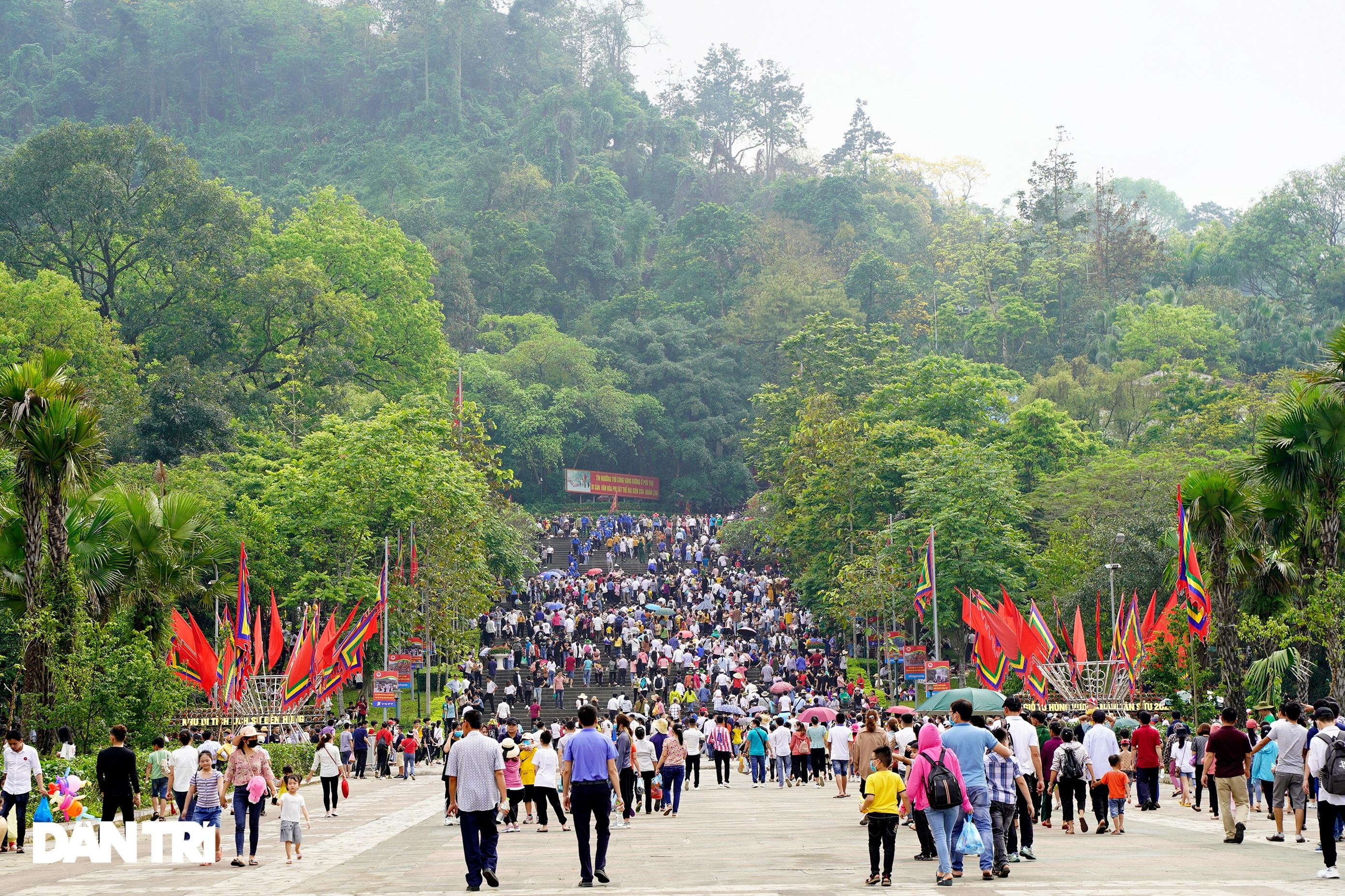 Biển người đổ về lễ hội Đền Hùng trong ngày Quốc Giỗ - 1