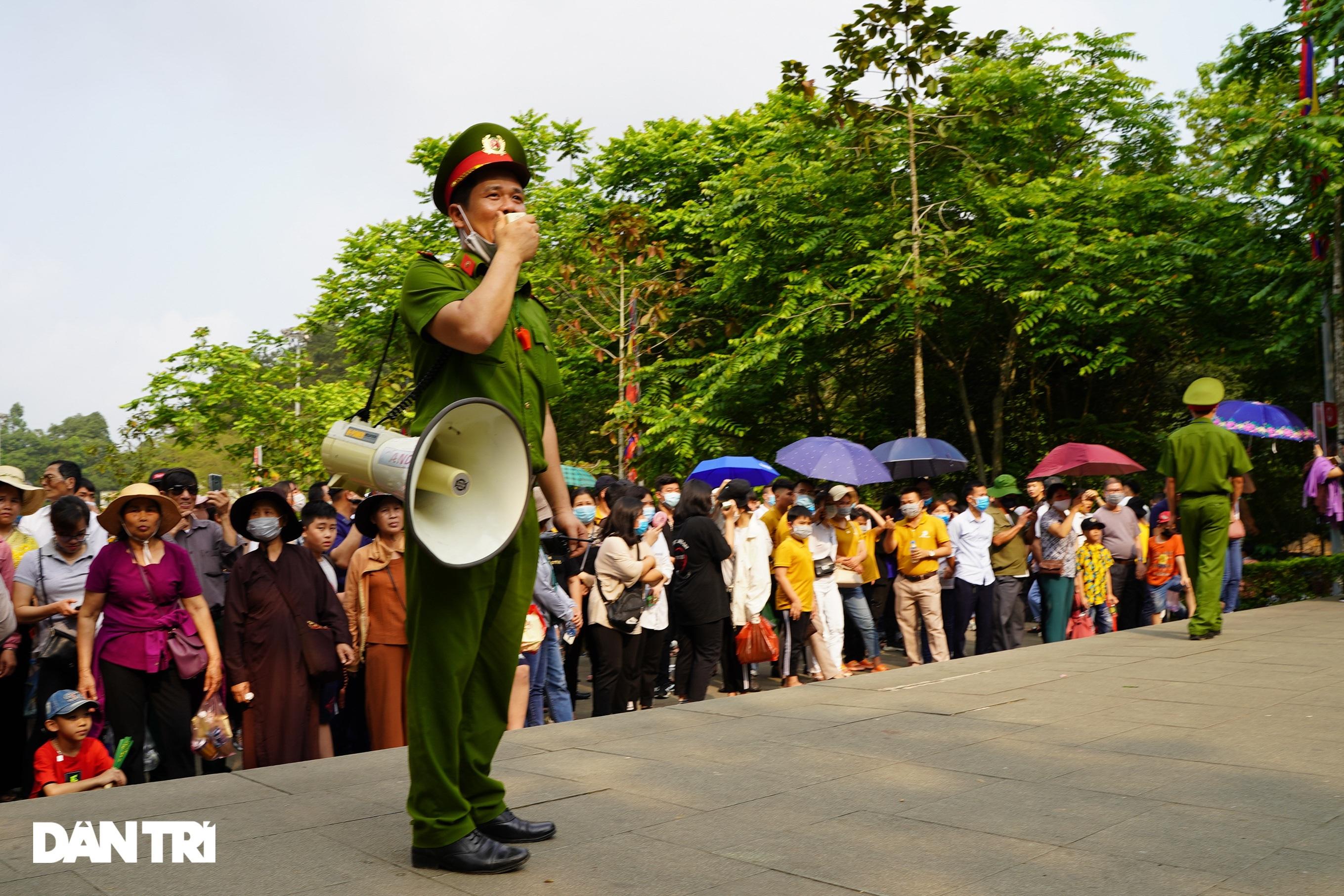 Biển người đổ về lễ hội Đền Hùng trong ngày Quốc Giỗ - 3