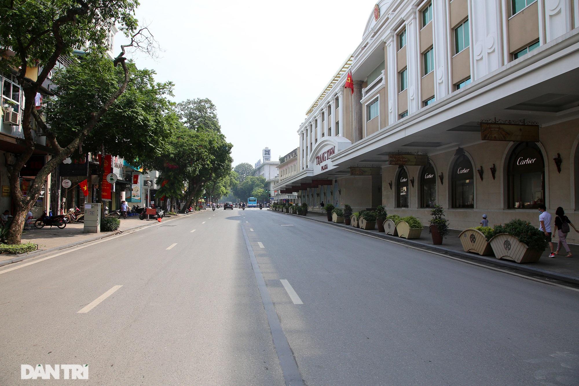 Mặc dù lo ngại dịch Covid-19, nhiều điểm vui chơi ở Hà Nội vẫn đông khách - 1