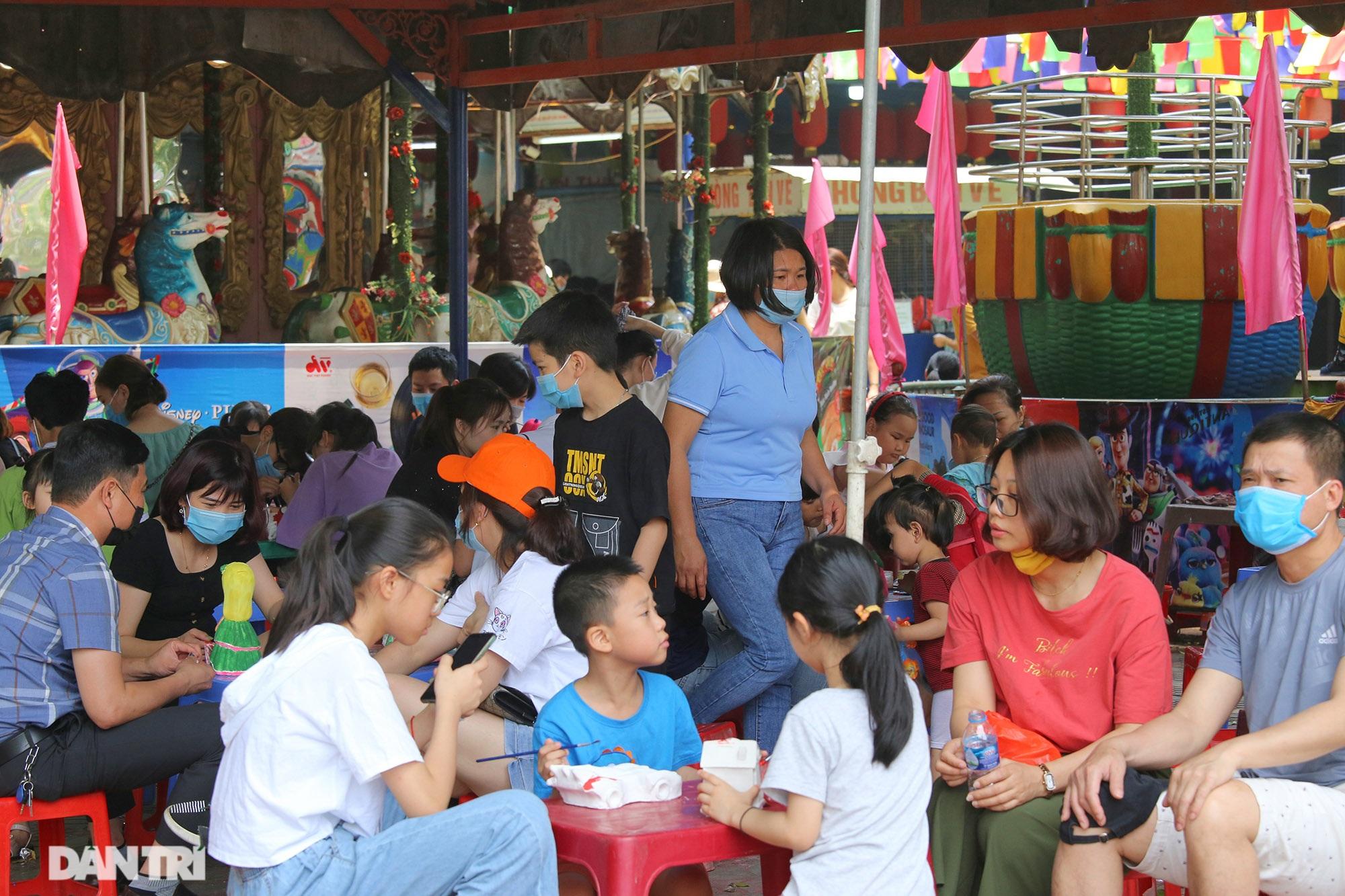 Mặc dù lo ngại dịch Covid-19, nhiều điểm vui chơi ở Hà Nội vẫn đông khách - 11