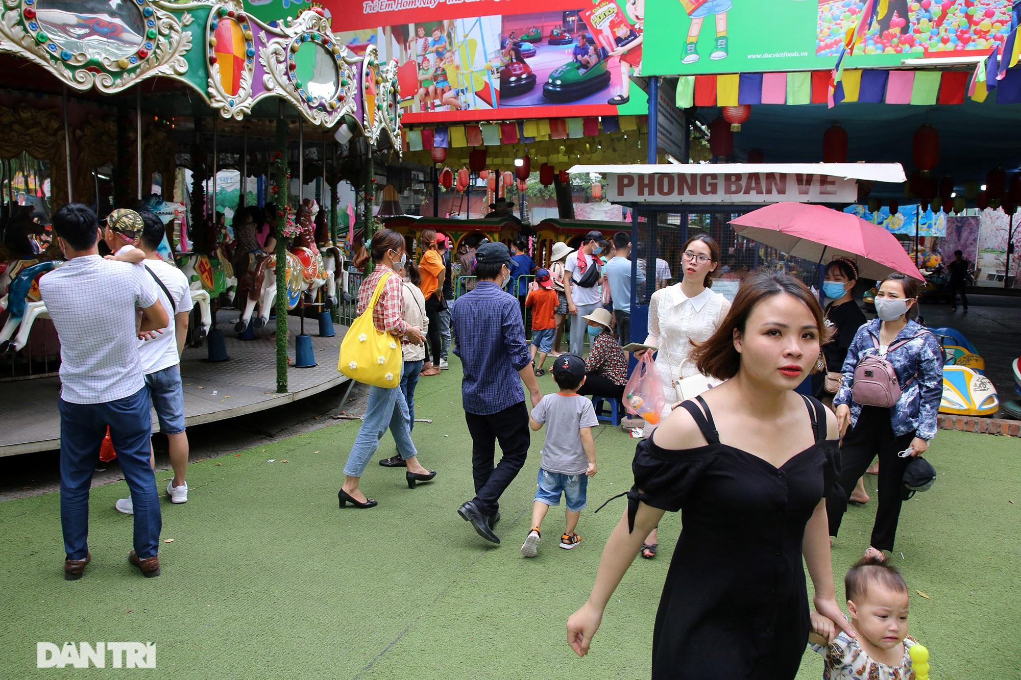 Mặc dù lo ngại dịch Covid-19, nhiều điểm vui chơi ở Hà Nội vẫn đông khách - 13