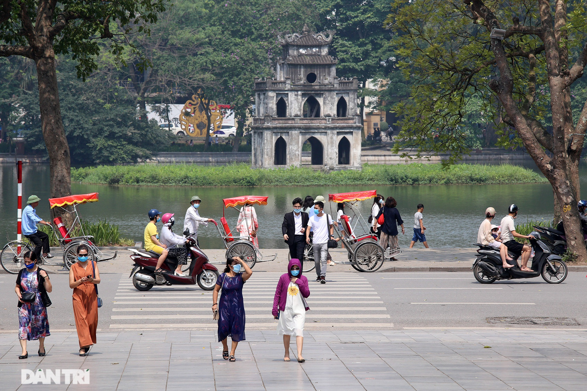 Mặc dù lo ngại dịch Covid-19, nhiều điểm vui chơi ở Hà Nội vẫn đông khách - 2
