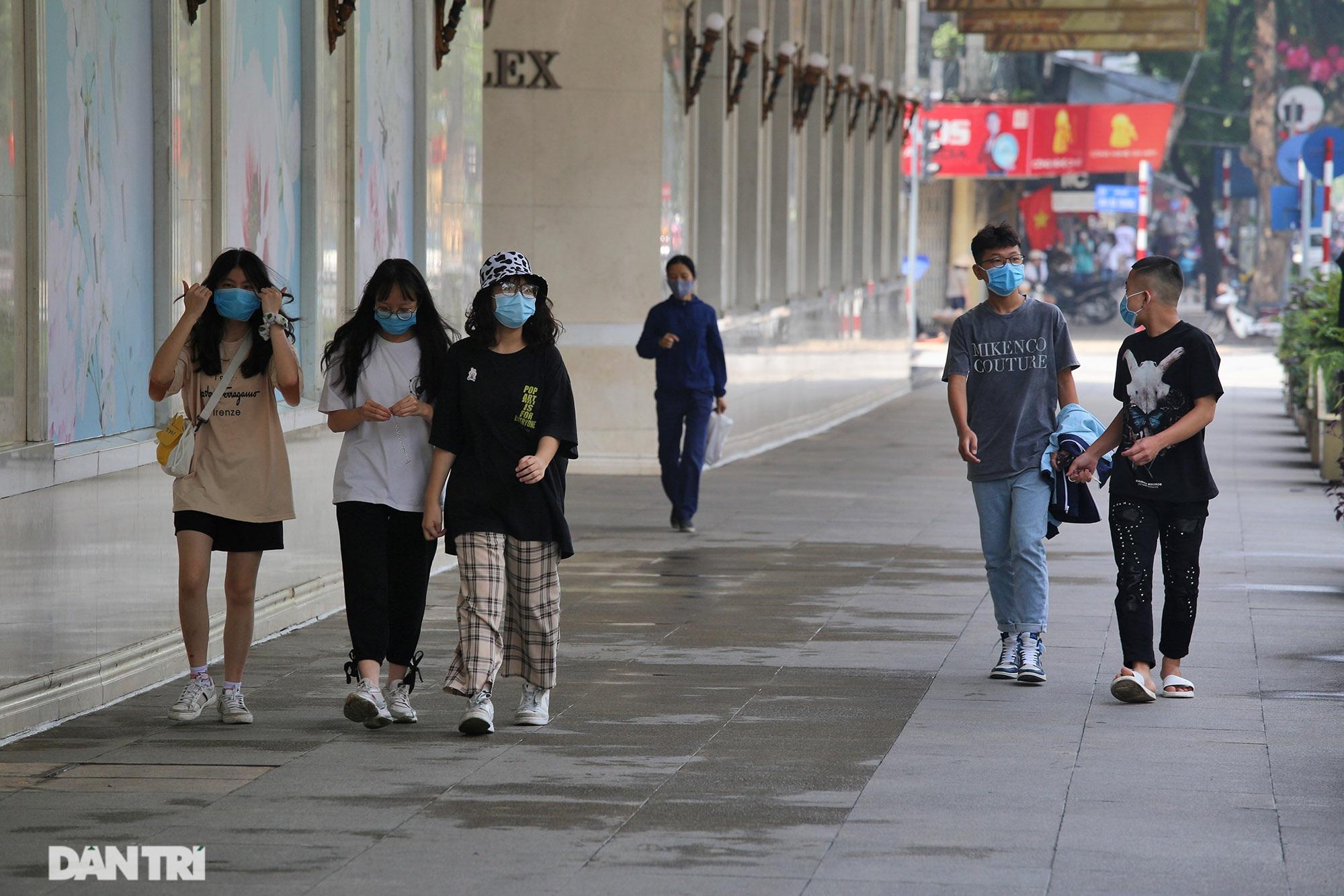 Mặc dù lo ngại dịch Covid-19, nhiều điểm vui chơi ở Hà Nội vẫn đông khách - 3