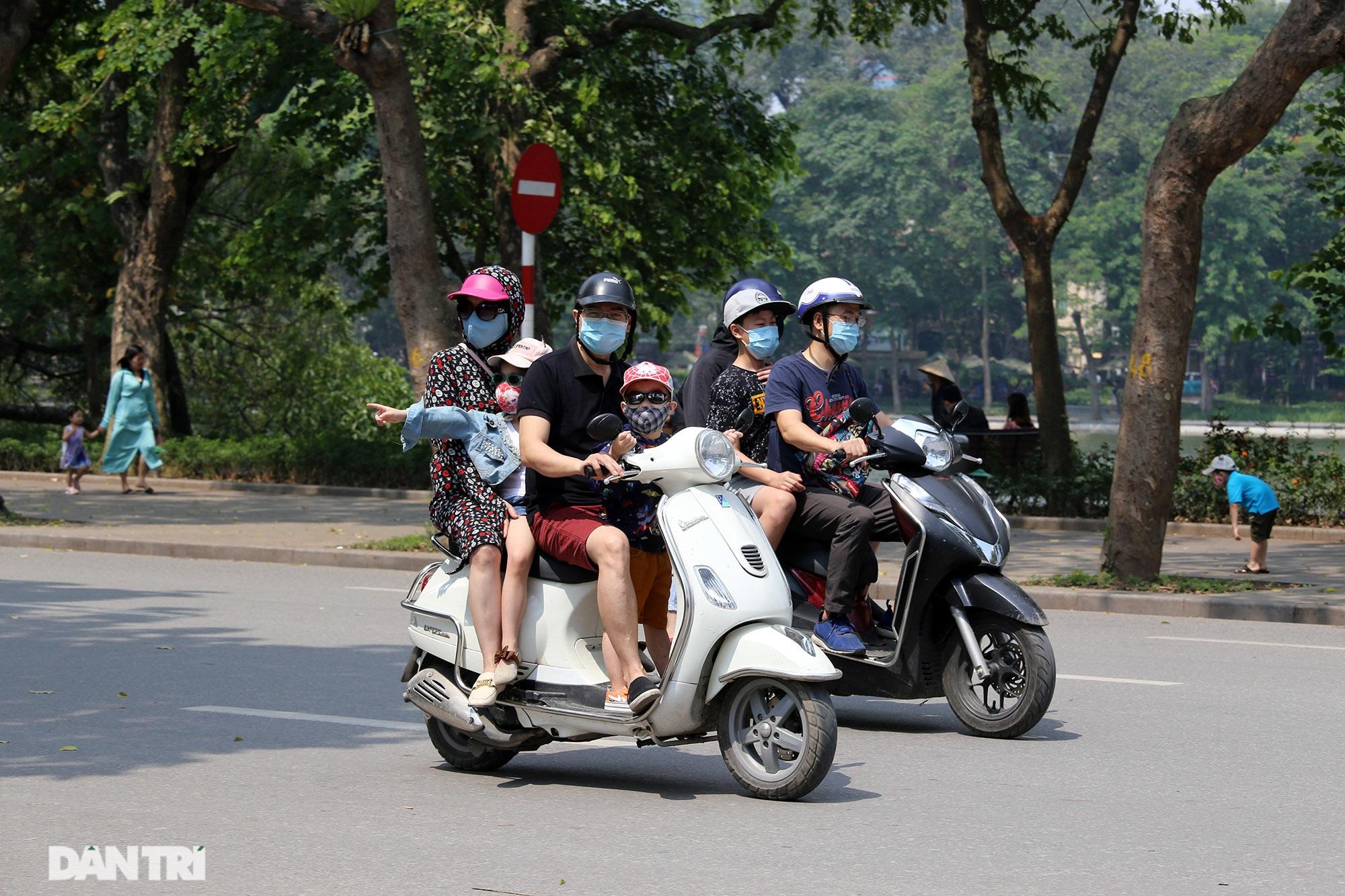 Mặc dù lo ngại dịch Covid-19, nhiều điểm vui chơi ở Hà Nội vẫn đông khách - 4