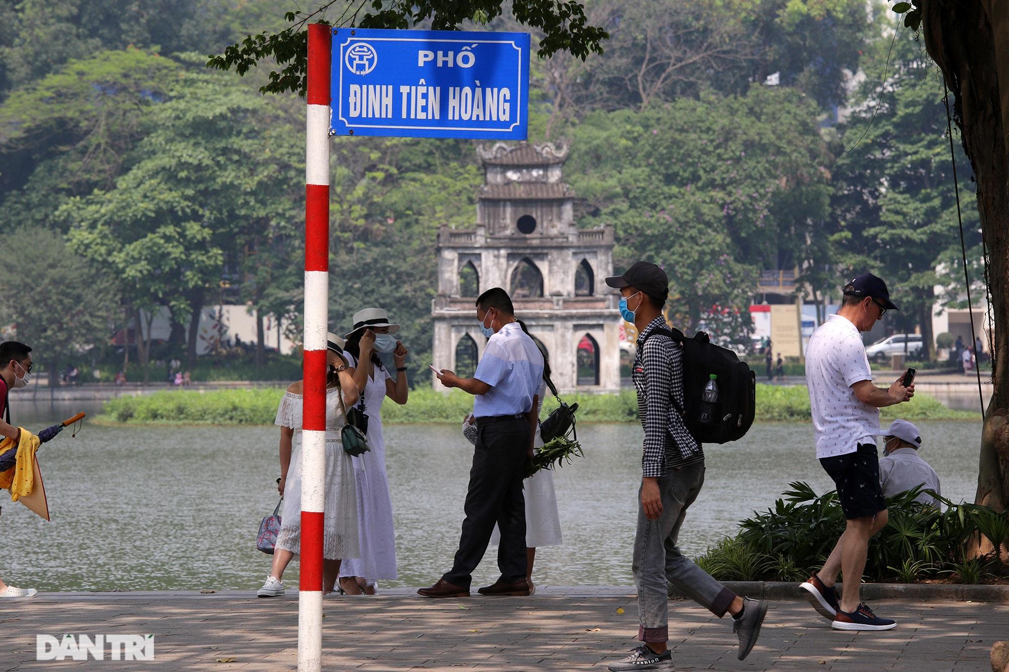 Mặc dù lo ngại dịch Covid-19, nhiều điểm vui chơi ở Hà Nội vẫn đông khách - 5