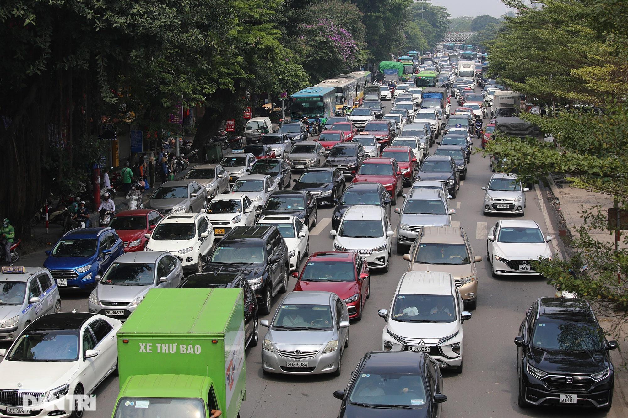 Mặc dù lo ngại dịch Covid-19, nhiều điểm vui chơi ở Hà Nội vẫn đông khách - 6