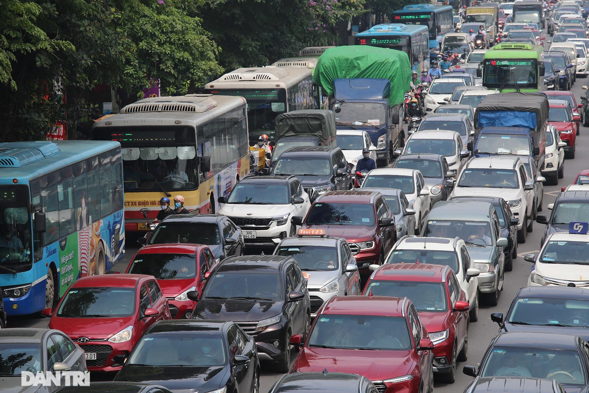 Mặc dù lo ngại dịch Covid-19, nhiều điểm vui chơi ở Hà Nội vẫn đông khách - 7