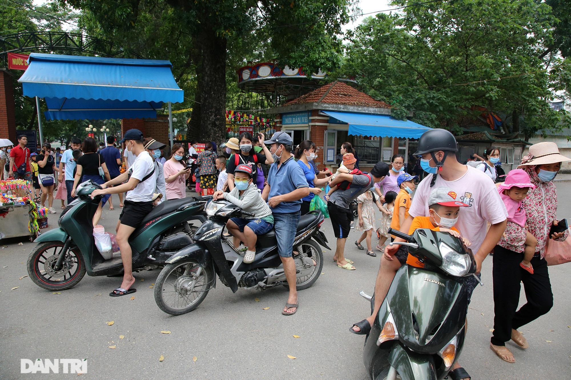 Mặc dù lo ngại dịch Covid-19, nhiều điểm vui chơi ở Hà Nội vẫn đông khách - 8