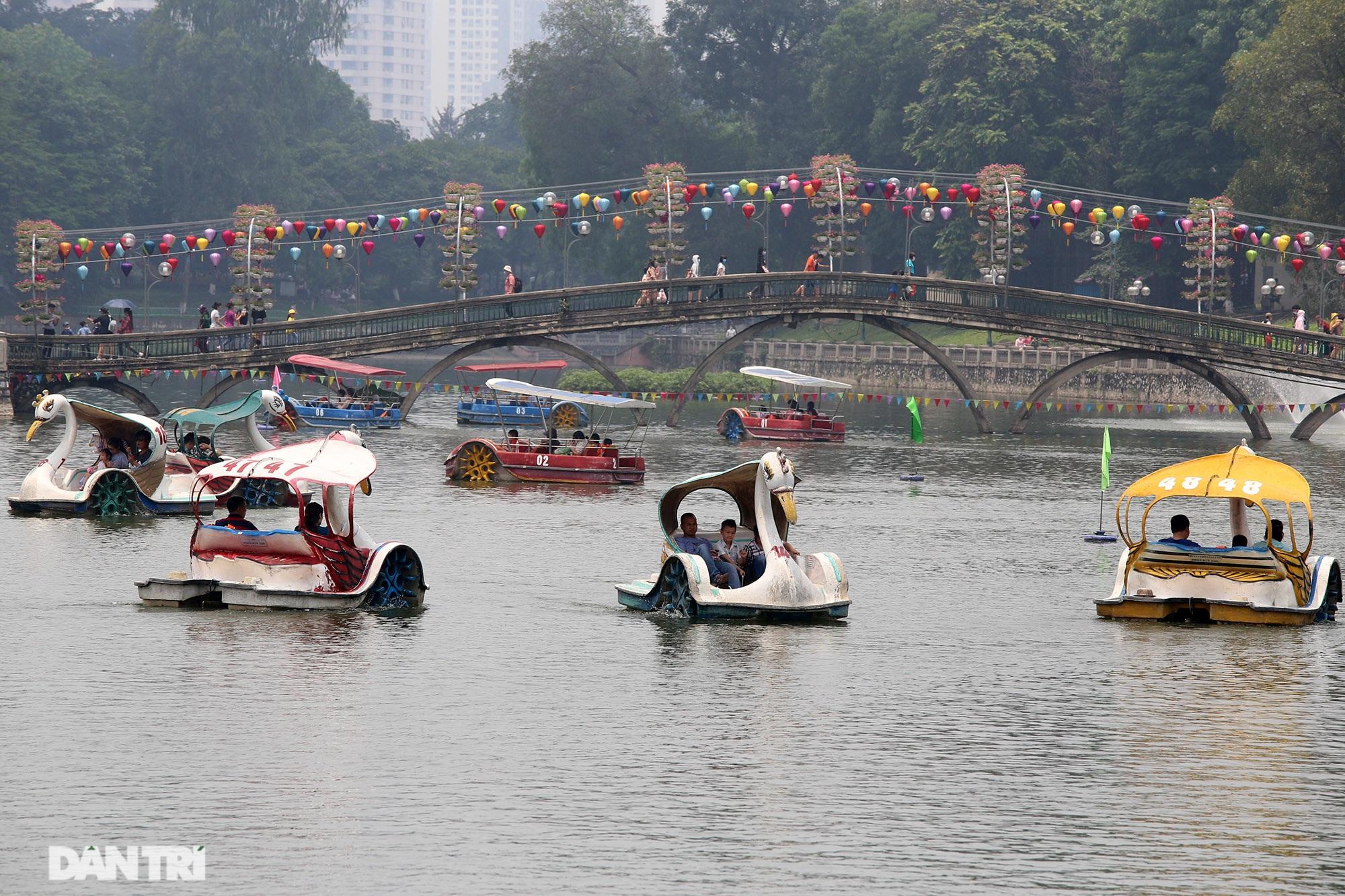 Mặc dù lo ngại dịch Covid-19, nhiều điểm vui chơi ở Hà Nội vẫn đông khách - 9