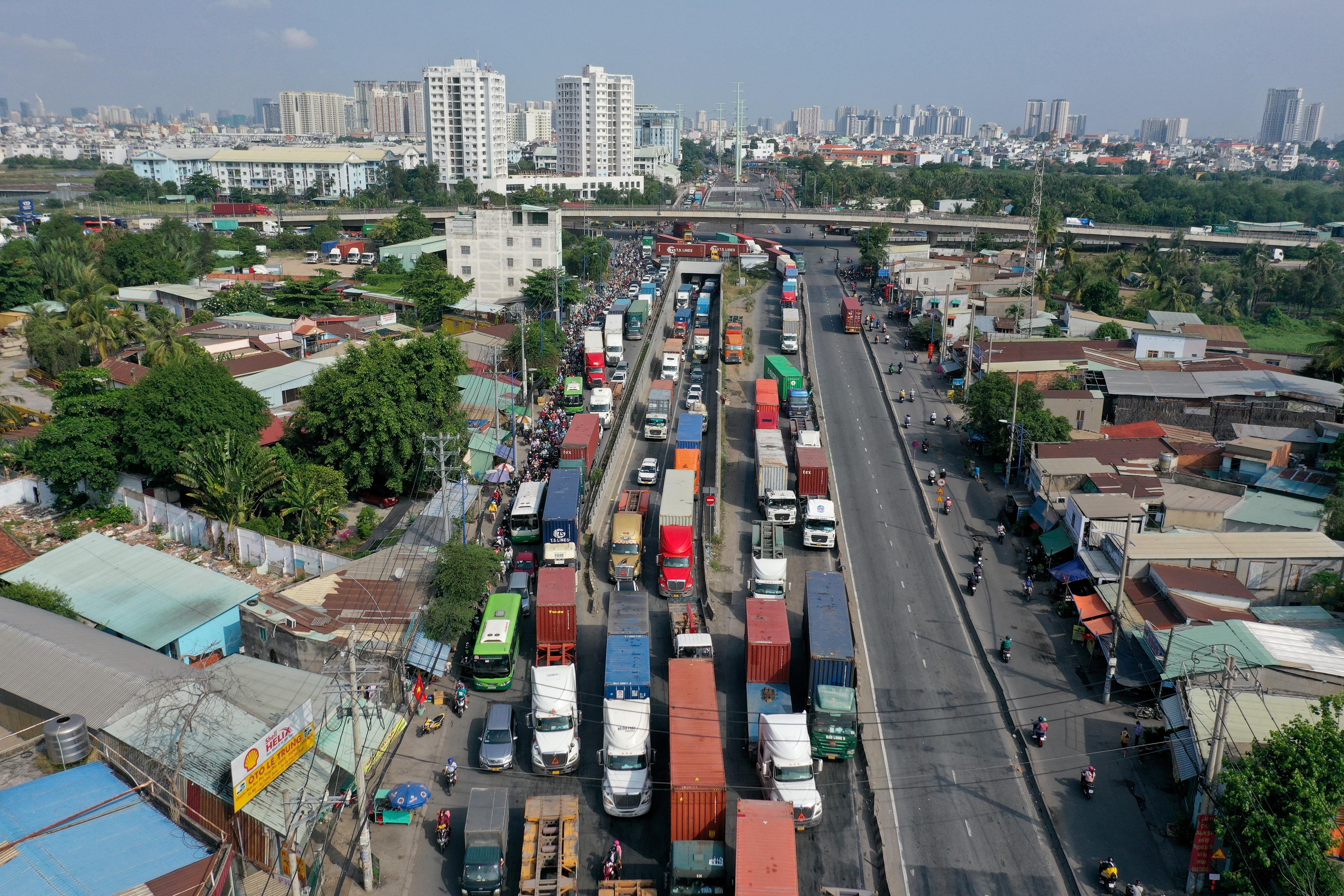 Kẹt xe kinh hoàng kéo dài hơn 2km tuyến đường phà Cát Lái - Nhơn Trạch - 1