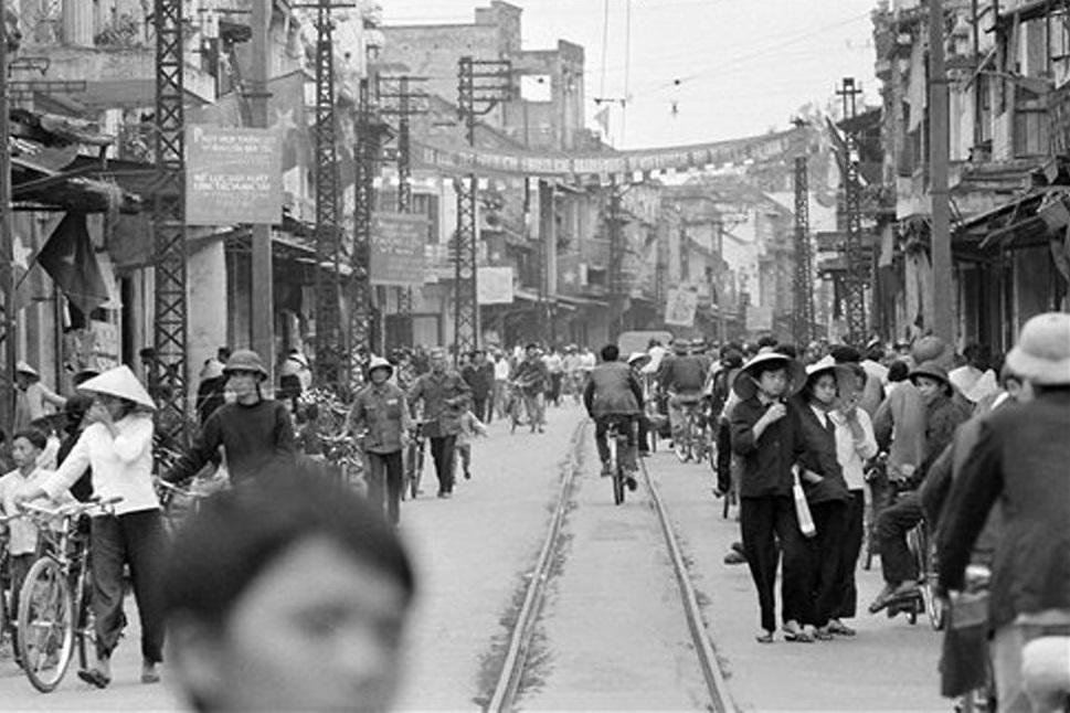 Hồ Gươm đối lập sau nửa thế kỷ qua ảnh tư liệu của phóng viên AP - 21