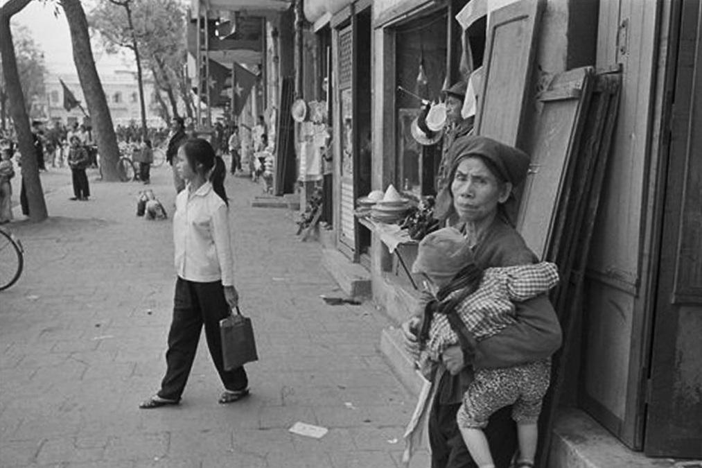 Hồ Gươm đối lập sau nửa thế kỷ qua ảnh tư liệu của phóng viên AP - 17