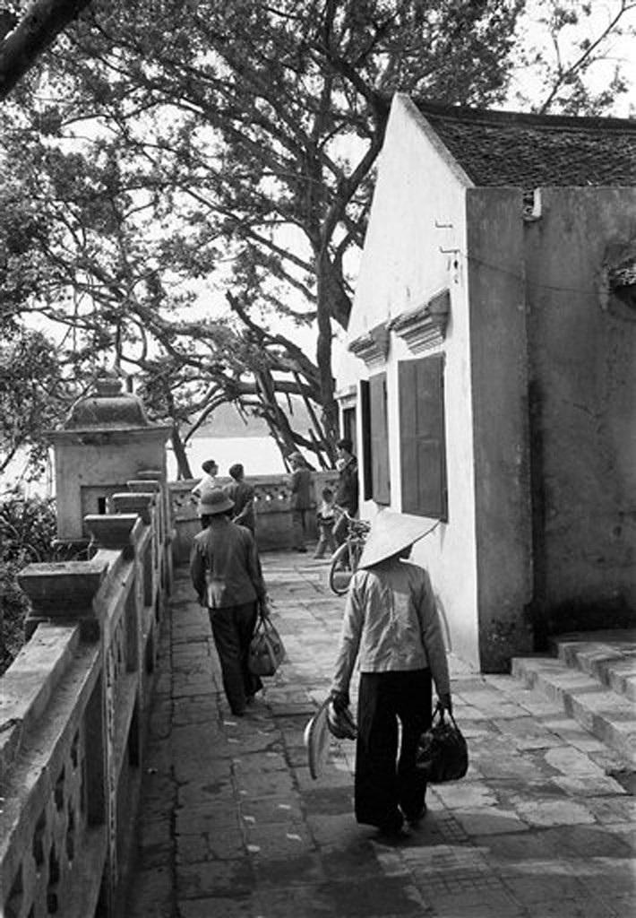 Hồ Gươm đối lập sau nửa thế kỷ qua ảnh tư liệu của phóng viên AP - 7